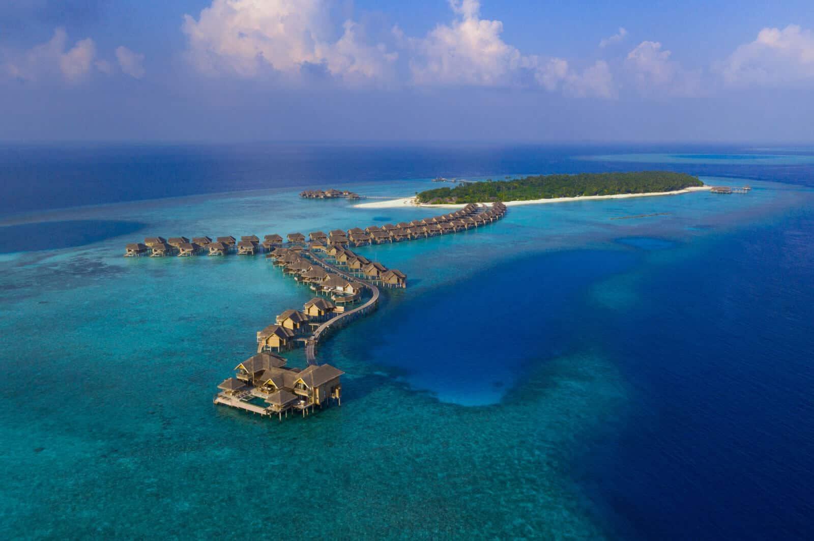 Отель находится на территории биосферного заповедника Баа, поэтому вас будут окружать кристально чистые воды лагуны, пышная тропическая зелень и странные представители местного подводного мира.