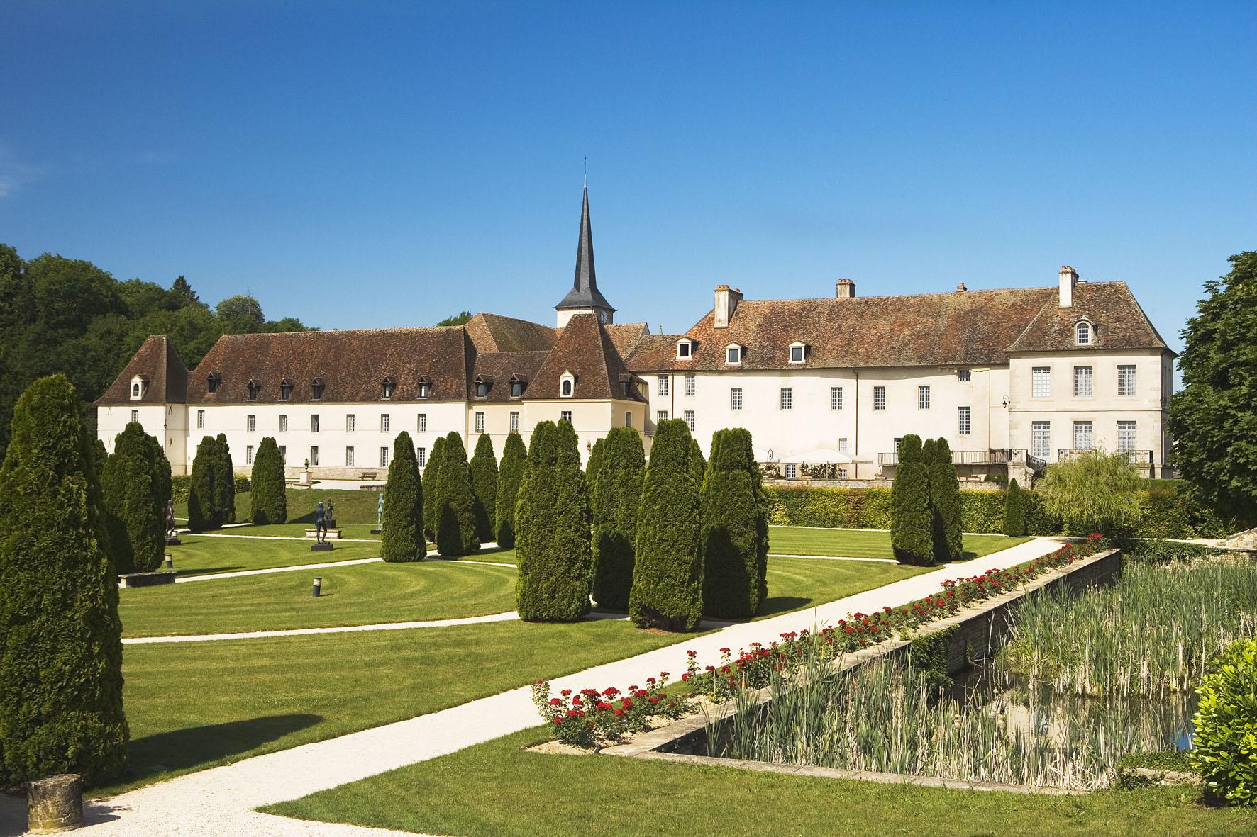 Проживання у замку «Château de Gilly» з гастрономічною кухнею.  Це будівля колишнього цистеріанського монастиря, побудованого ще у 14 ст.