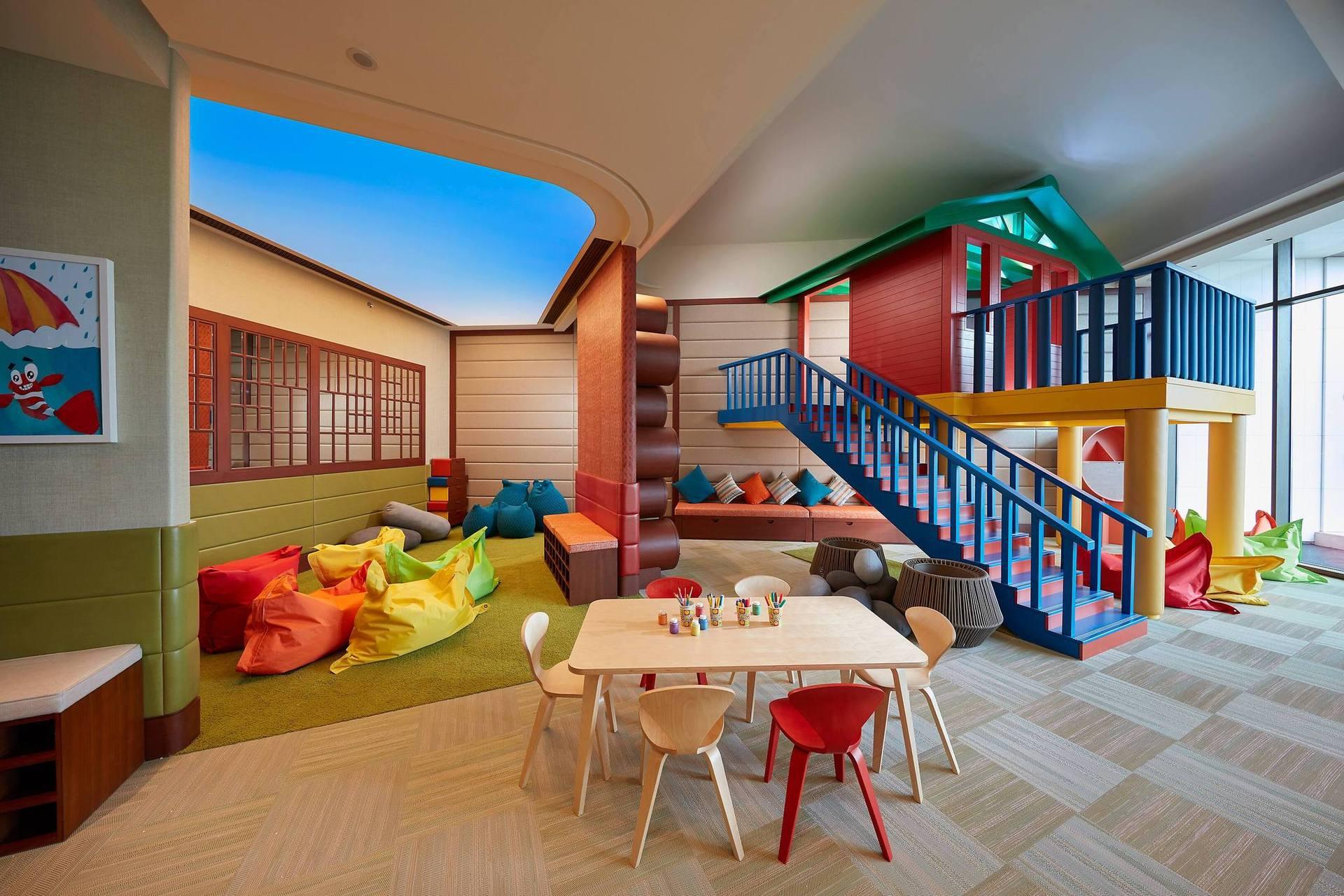 Не беспокойтесь о своем свободном времени, если планируете отдых с детьми. В отеле работает бесплатный детский клуб с программой от Worldwide Kids, маленьким гостям здесь будет чем заняться!