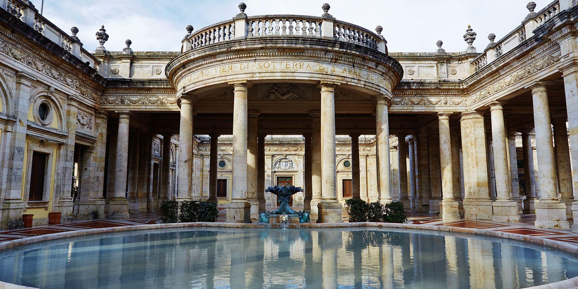 Розташування готелю дуже зручне, якщо ви прагнете відвідати найближчі визначні місця -  Еуганські пагорби та озеро Гарда, міста Венецію, Мілан