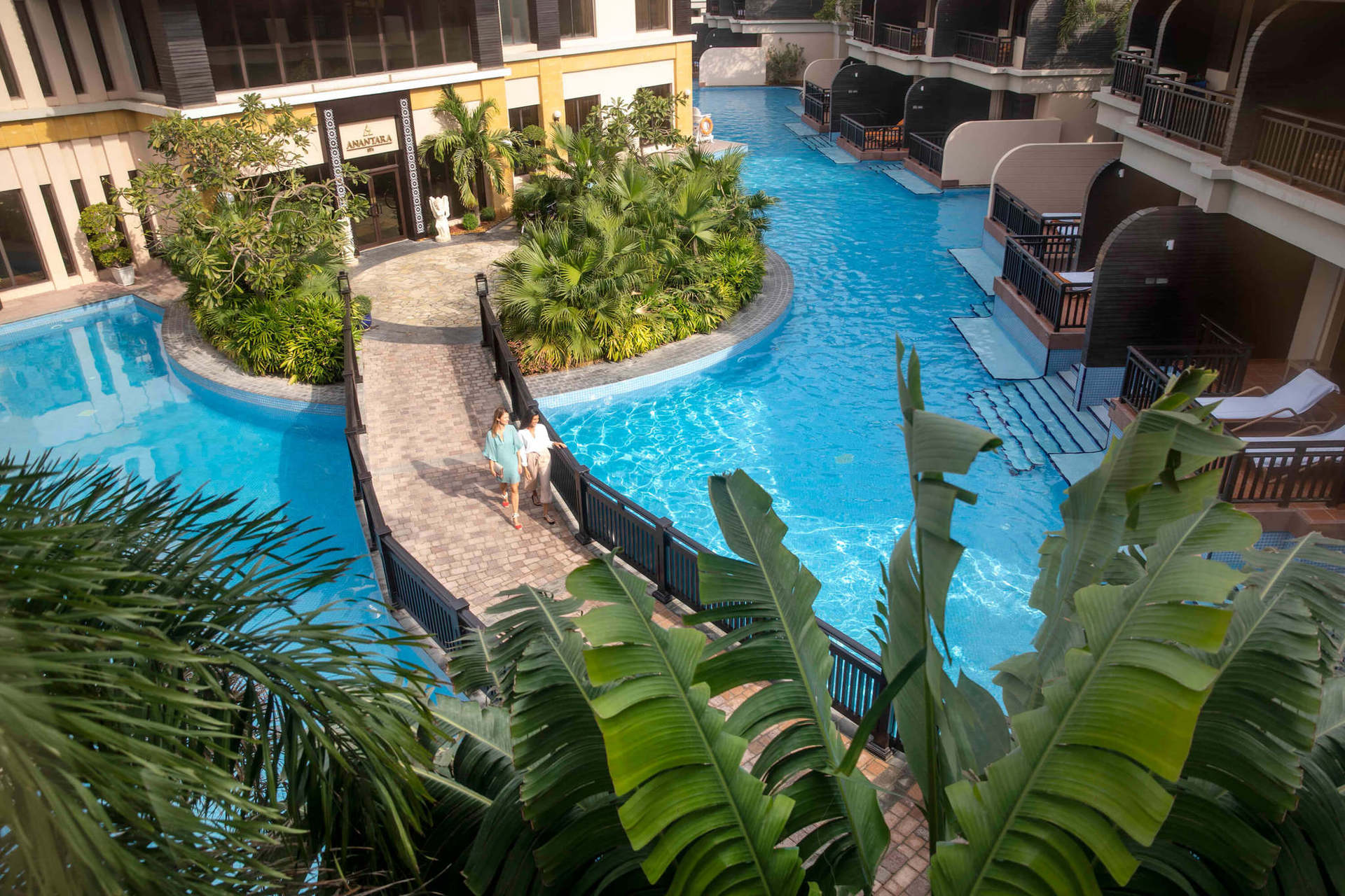 Есть возможность круглосуточно плавать в бассейне, выход к которому имеют категории номеров lagoon access