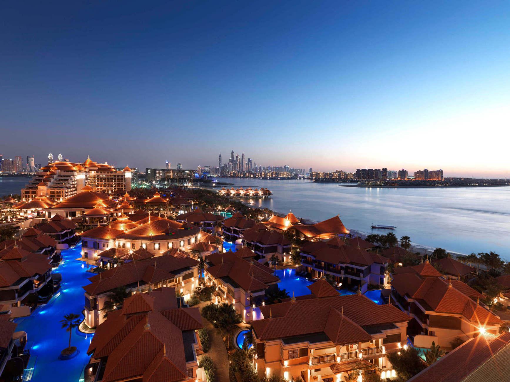 Готель розташований неподалік центру Дубаї, основних шопінг молів та цікавих місць міста.