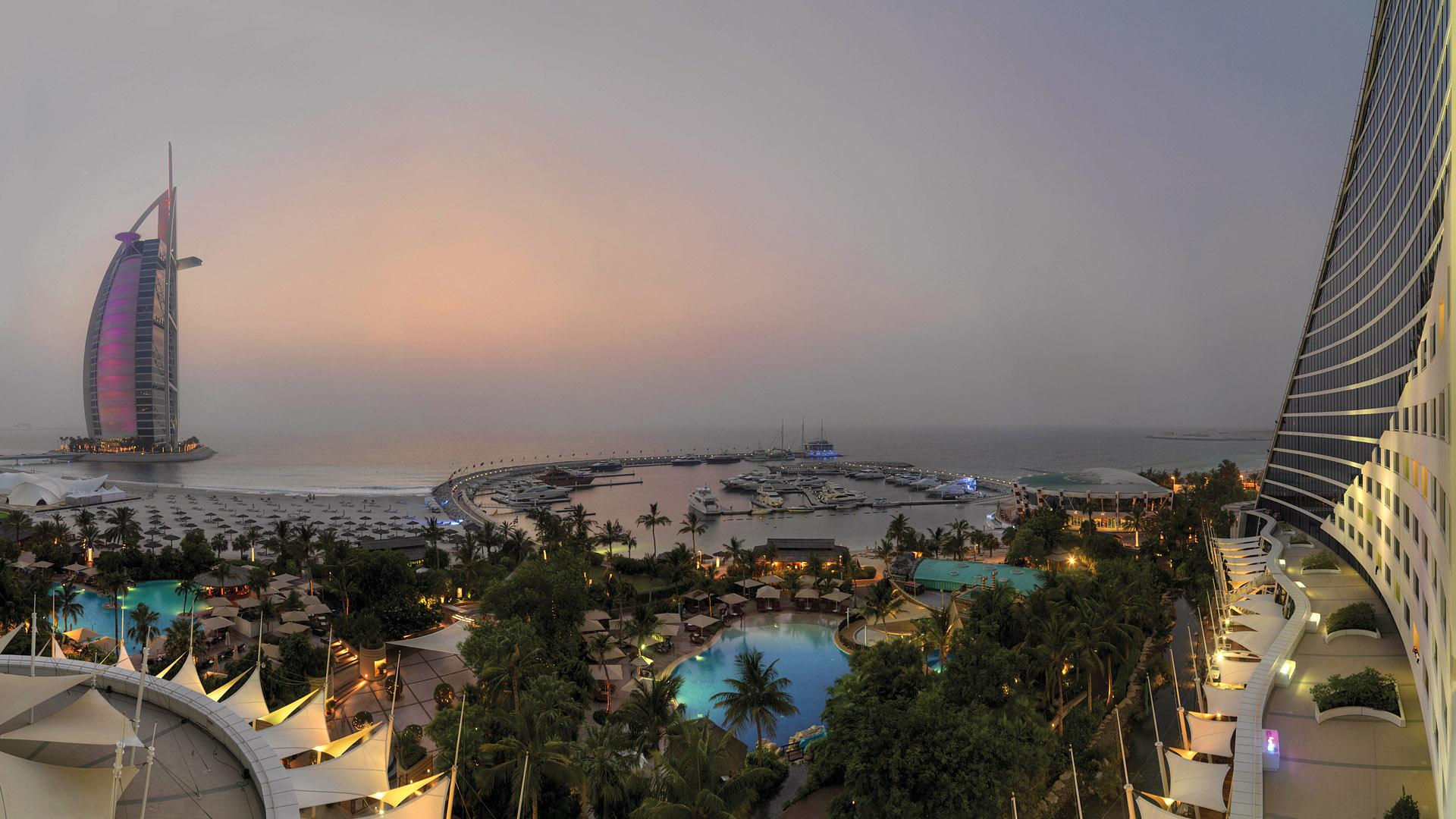 П'ять басейнів і приватний пляж