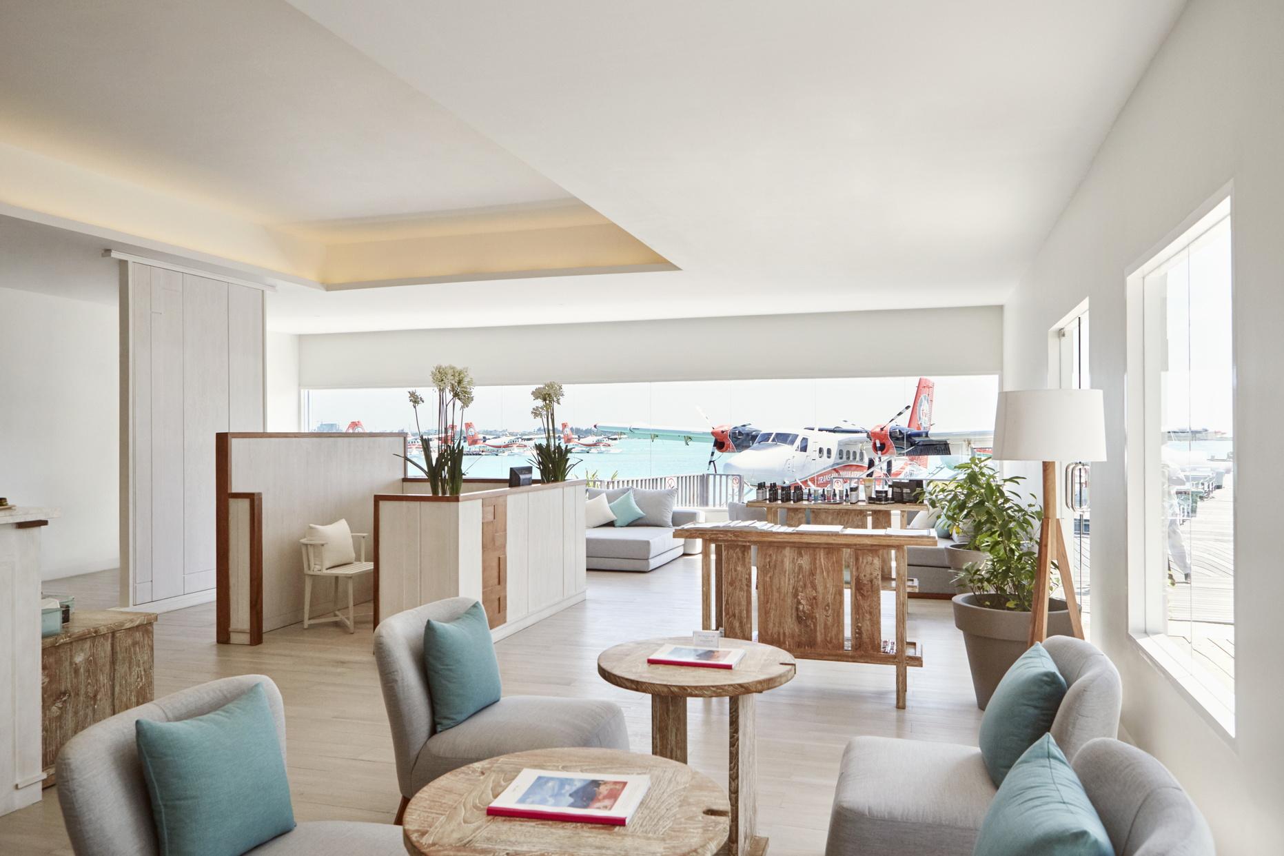 Для того, щоб ваша подорож була максимально комфортною, на вас очікує приватна зала в терміналі гідролітаків в Міжнародному аеропорті Мале