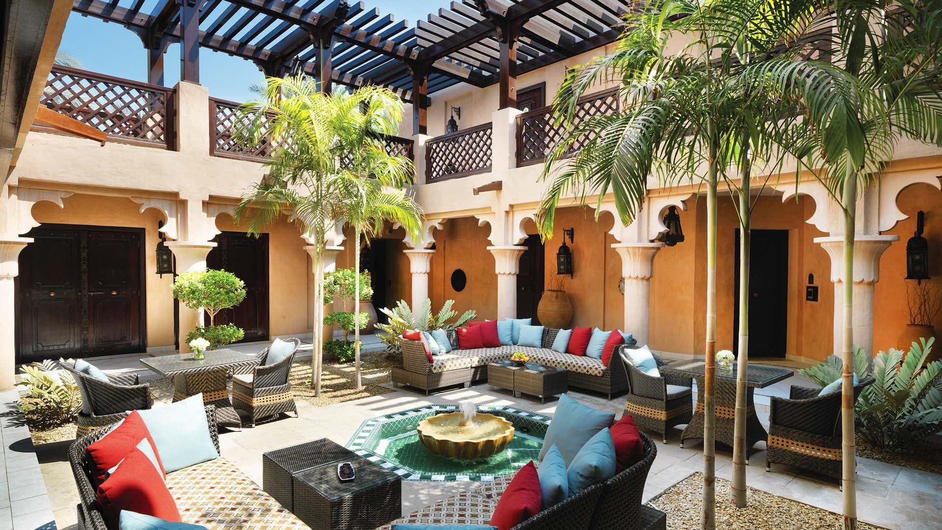 Елегантні, просторі номери із внутрішніми двориками, які розташовані серед тихих садів, каналів і ексклюзивних басейнів неподалік від приватного пляжу курорту Madinat Jumeirah.