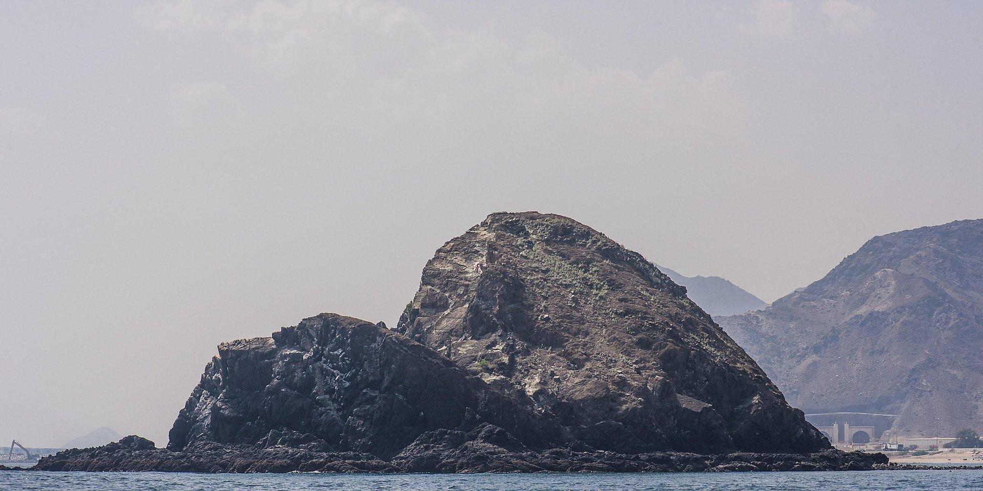 Готель розташований на узбережжі серед природних арабських