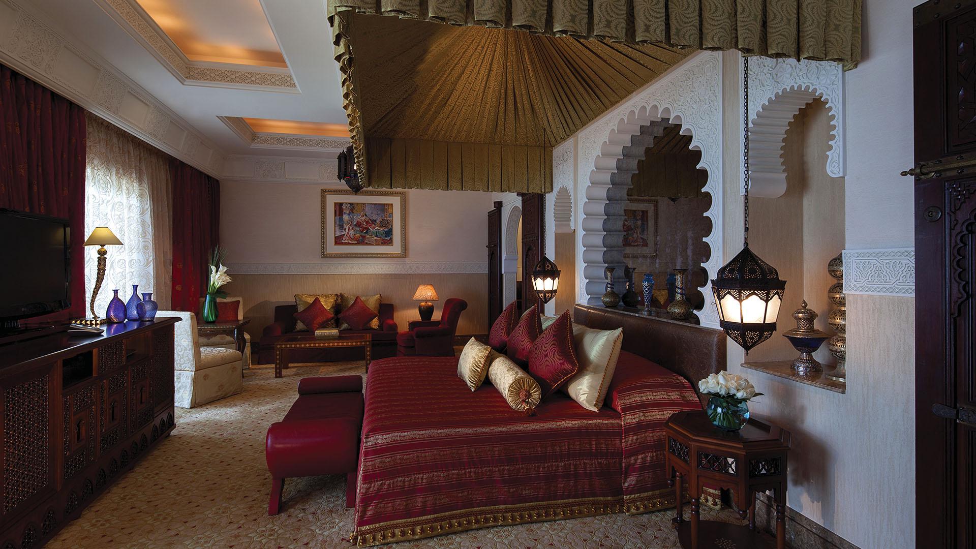 Багате оздоблення кімнат, оформлених в традиційному арабському стилі, величні морські види і розкішне оточення обіцяють воістину королівський відпочинок.
