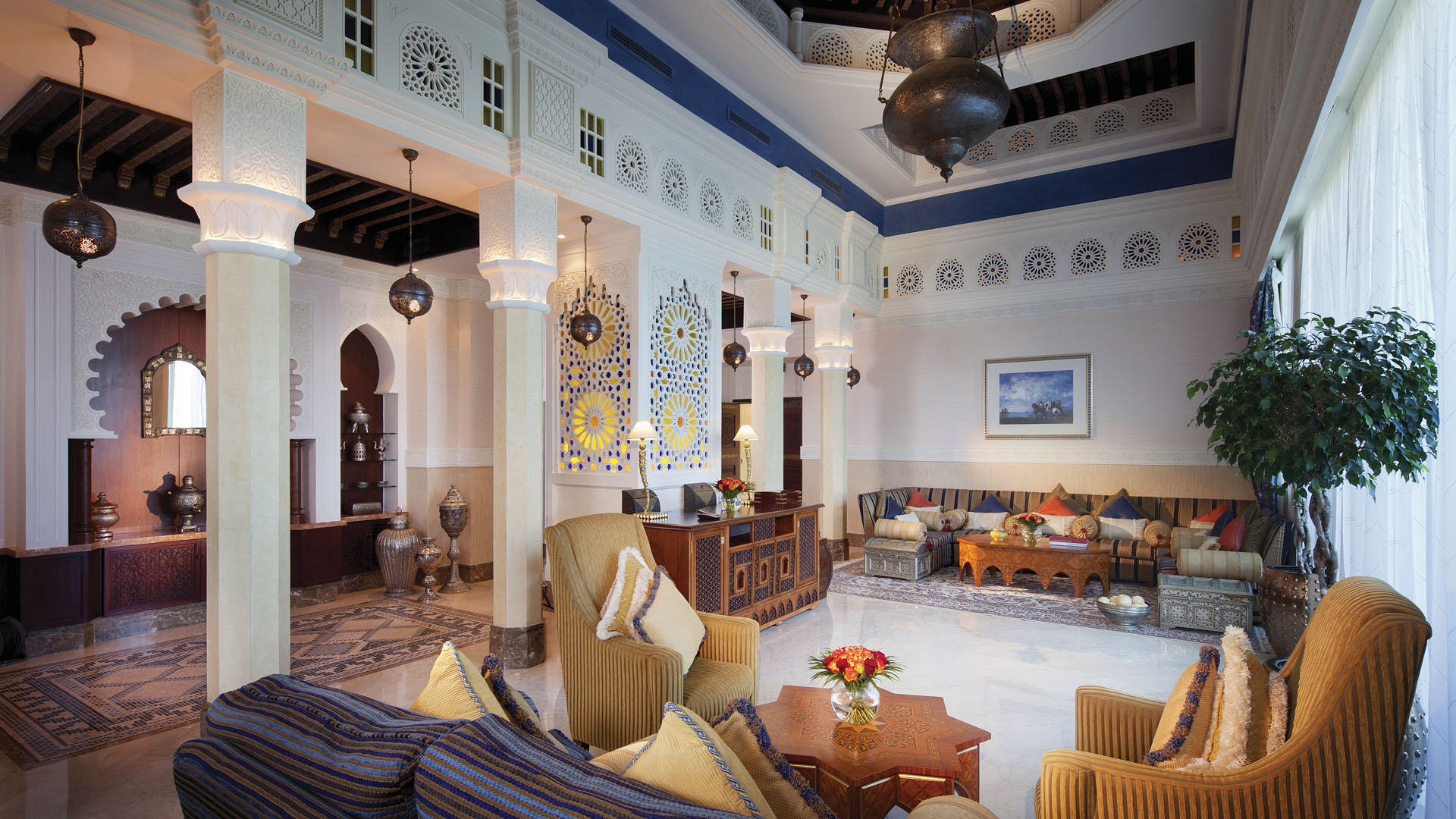 Бажаєте відчути себе королем/королевою або, принаймні, відпочити по-королівськи? Тоді погляньте на цей готель уважніше:  вас вразить багате оздоблення кімнат, оформлених в традиційному арабському стилі, величні морські види і розкішне оточення, де б ви не опинилися - у ресторані, spa-салоні або на літній терасі вашого номеру.