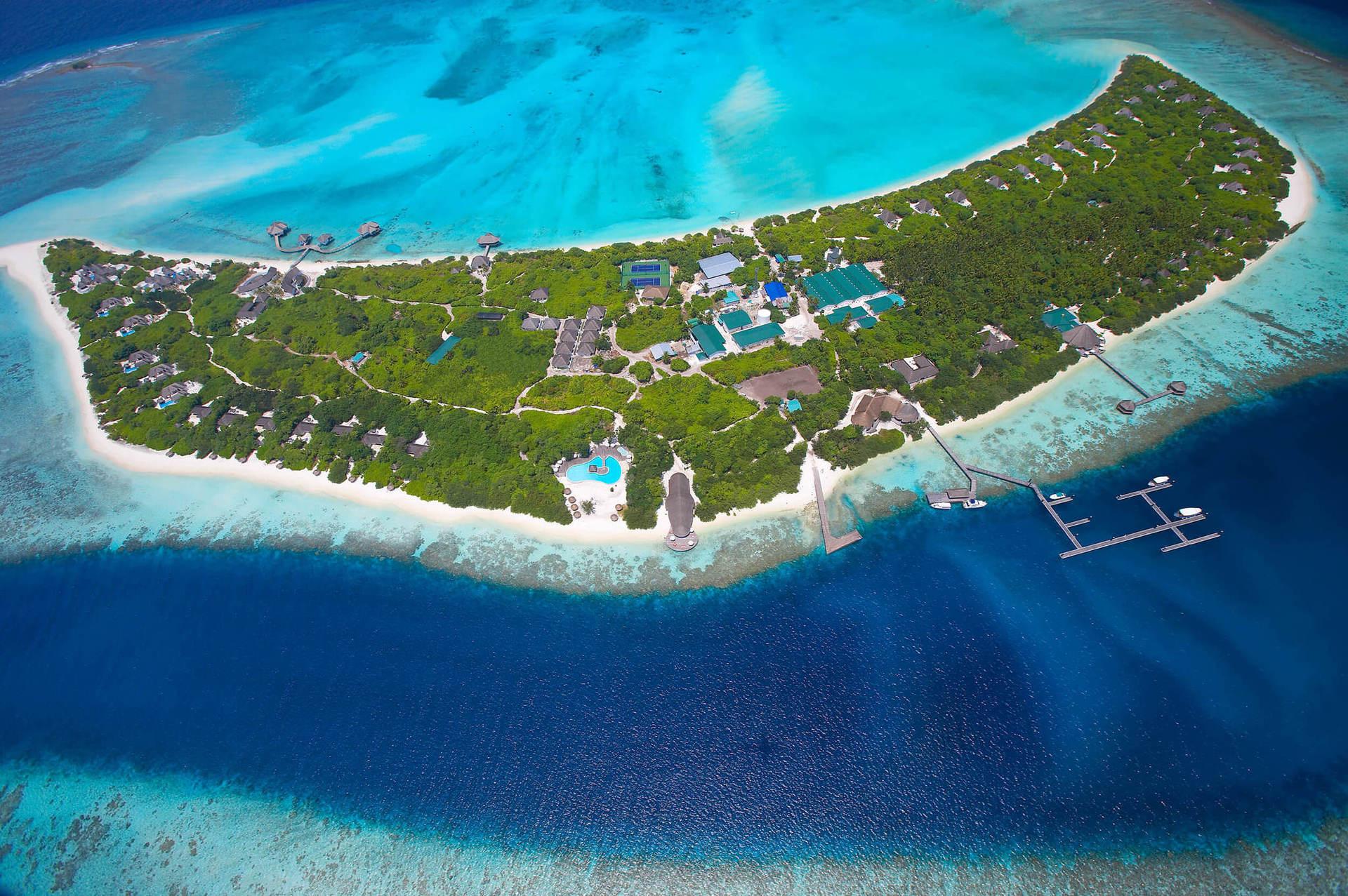 Остров оточує незаймана природа, оскільки він знаходиться  далеко від судноплавних шляхів, тут багатий підводний світ і один з кращих рифів на Мальдівах