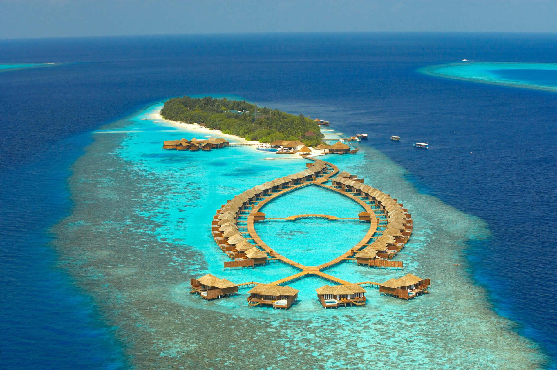Перший на Мальдівах курорт, який запропонував нову концепцію харчування і проживання - Platinum Plan, яка включає великий спектр послуг та 3 екскурсії на період проживання