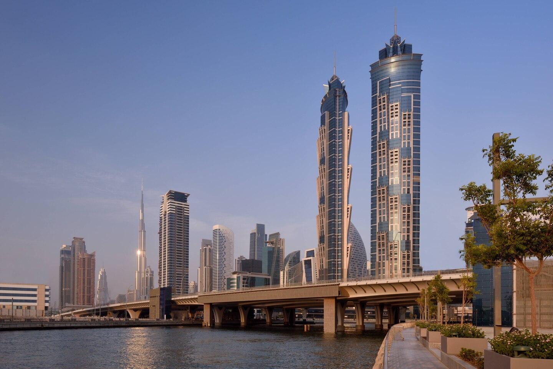 Найвищий готель у світі (355 м), який увійшов в двадцятку найвищих будівель. Складається з двох 72-х поверхових веж.