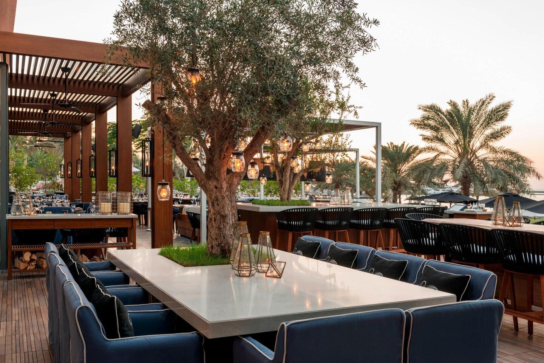 Ресторан  Bussola, зо розташований на території готелю, вважається одним з кращих італійських ресторанів Дубая.