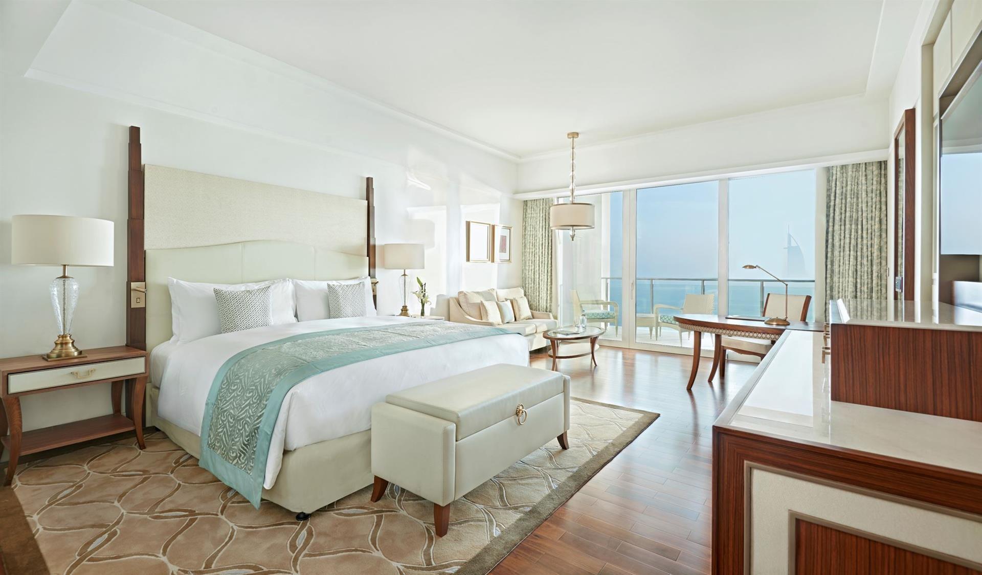 Всі номери обладнані фірмовими ліжками Waldorf Astoria