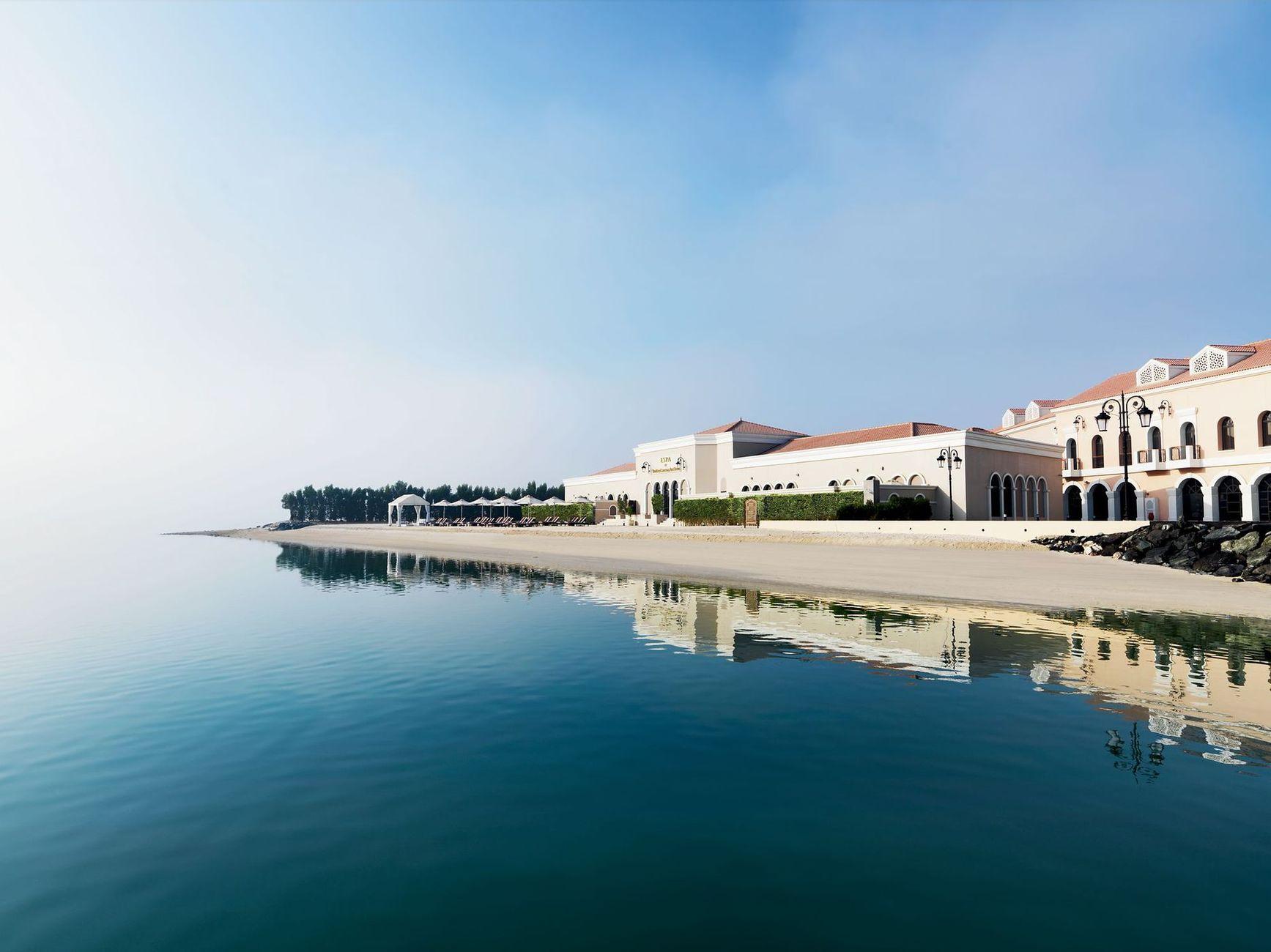 Розкішний spa-центр на пляжі, де пропонуються розслабляючі процедури та фітнес-центр, що працює 24 години з найсучаснішим обладнанням та заняттями