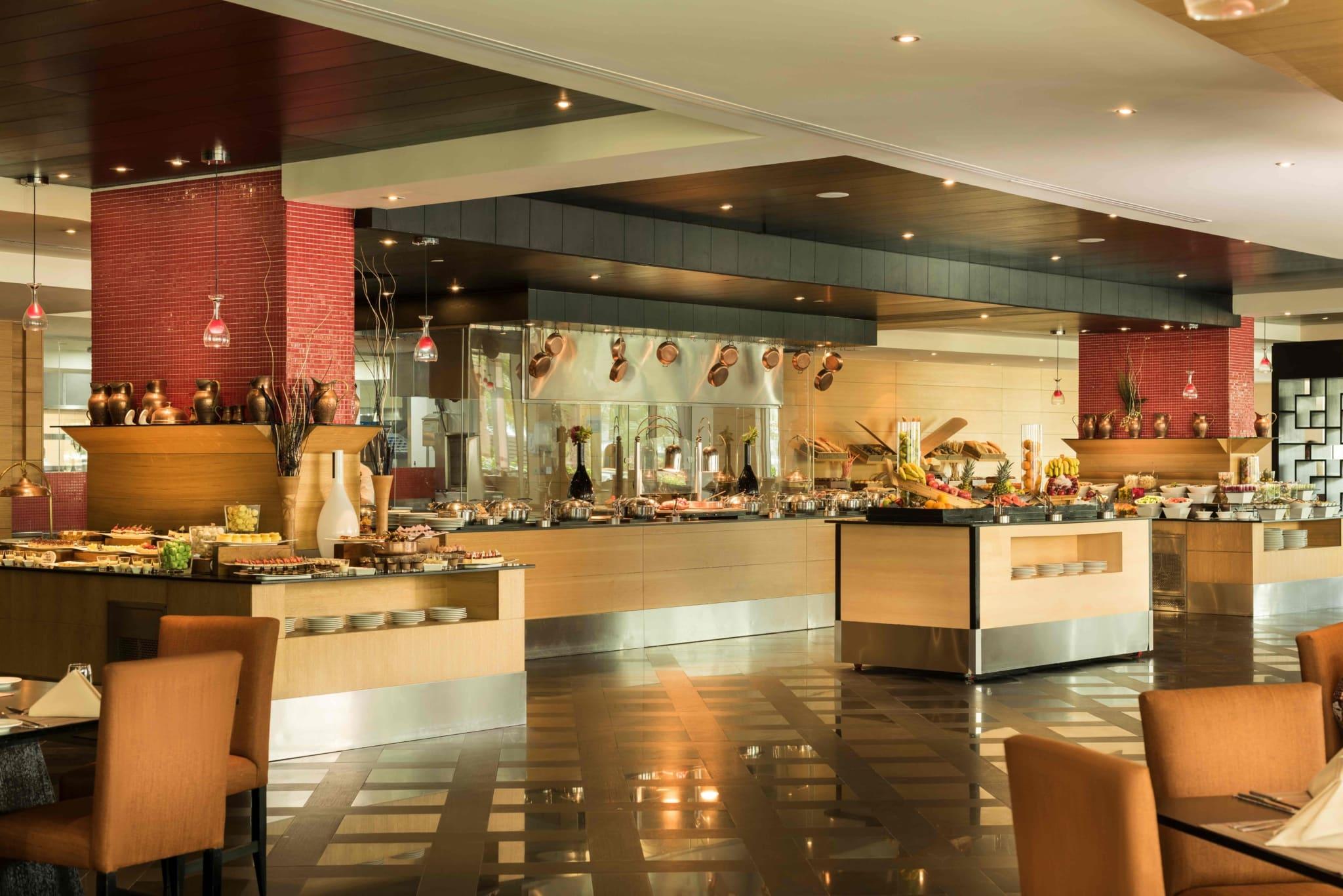 Одна з важливих особливостей готелю - спеціальна секція в ресторанах шведської лінії, де подають страви протягом усього дня для самих юних гостей.
