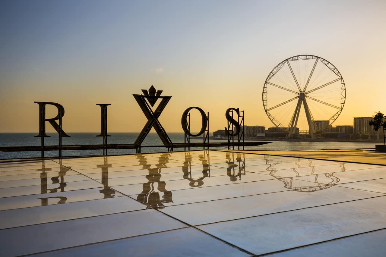Rixos Premium Dubai - це модний і сучасний курорт, розташований прямо в серці резиденції Jumeirah Beach Residence, має приголомшливі види на пляж і найбільше в світі оглядове колесо «Око Дубая».