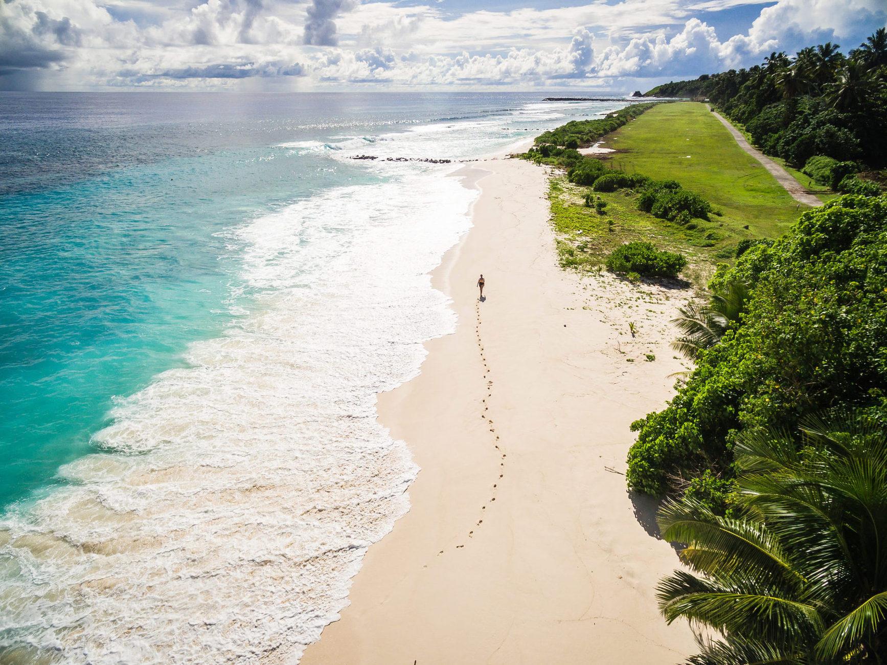 Одновременно на острове могут находиться до 40 туристов, о которых заботятся около 100 человек персонала.