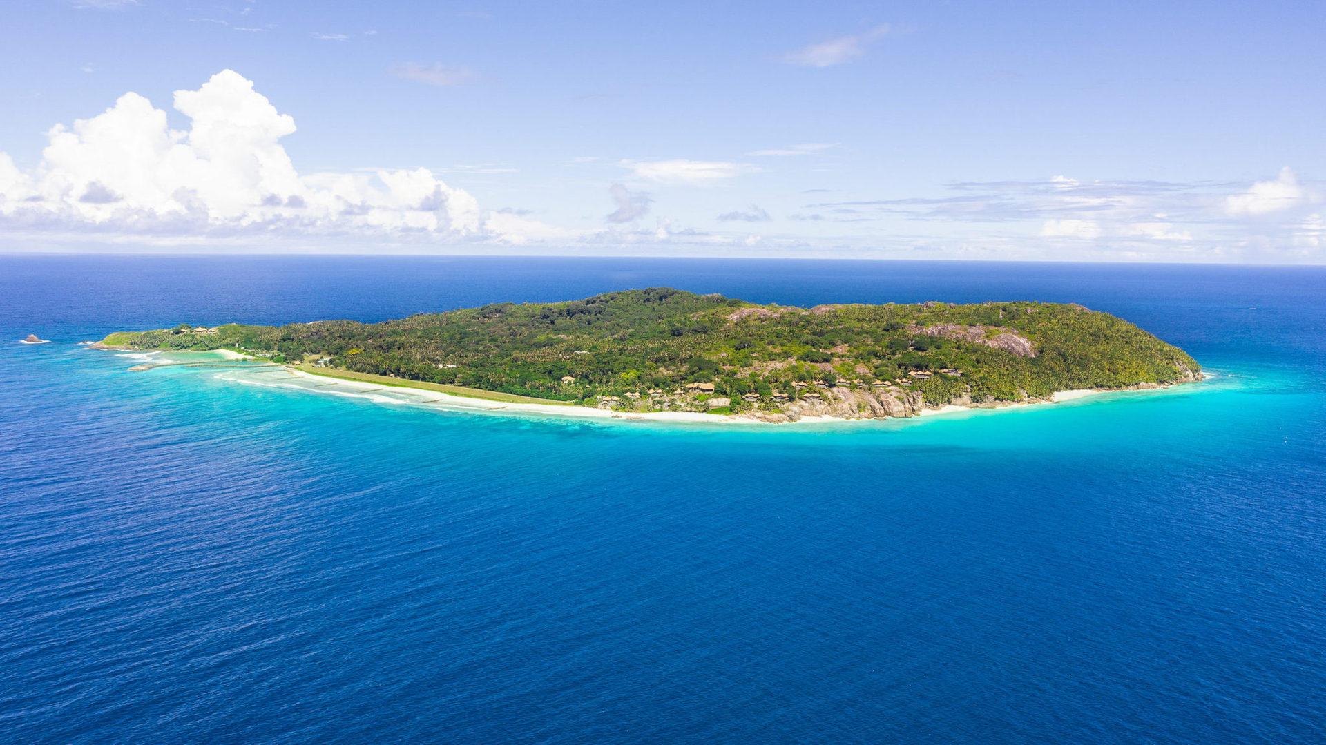 Готель розташований на острові в ізоляції від зовнішнього світу, дістатись сюди можна тільки по морю або повітряним шляхом