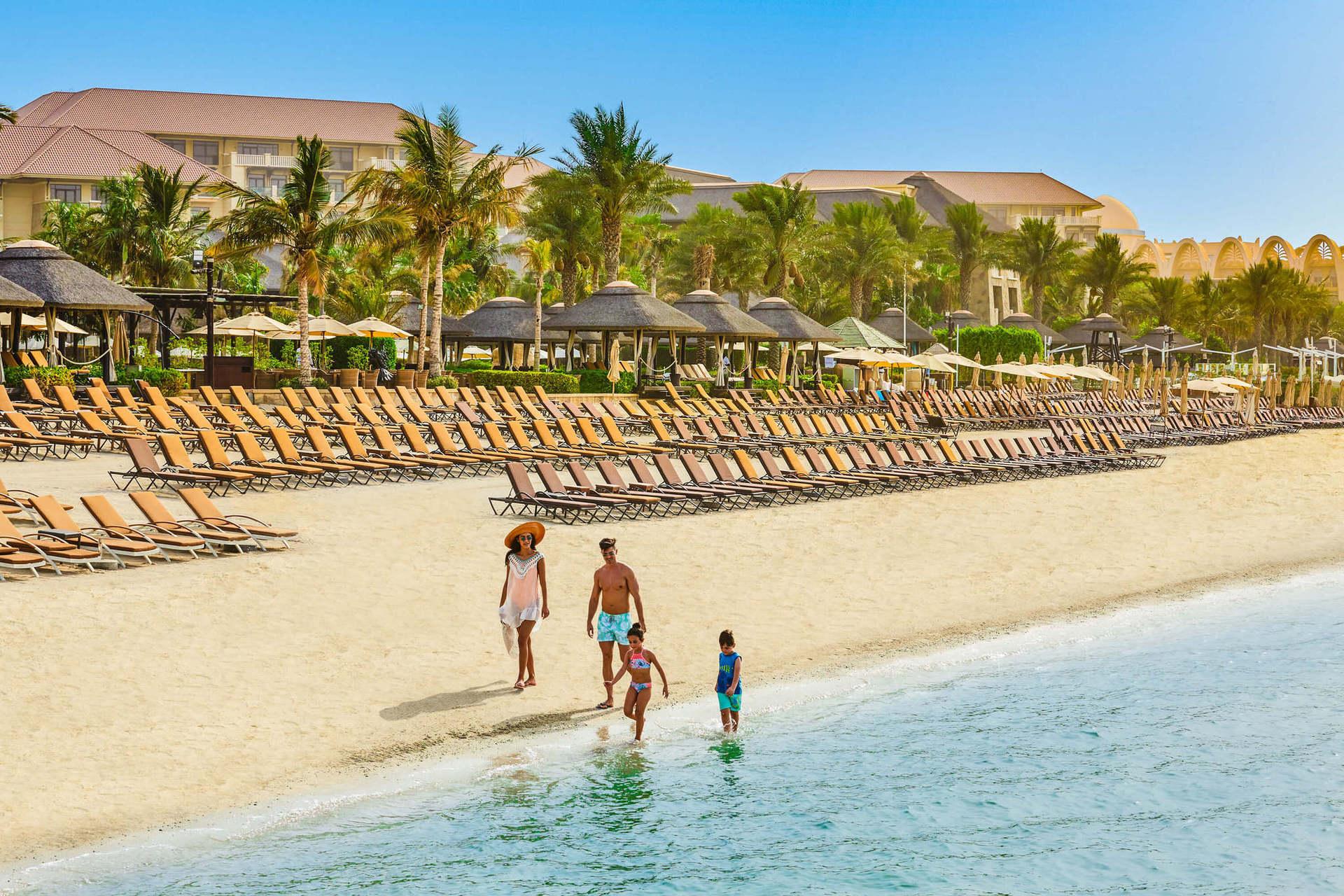 500-метровий пляж вважається одним з кращих приватних пляжів Палм-Джумейра.