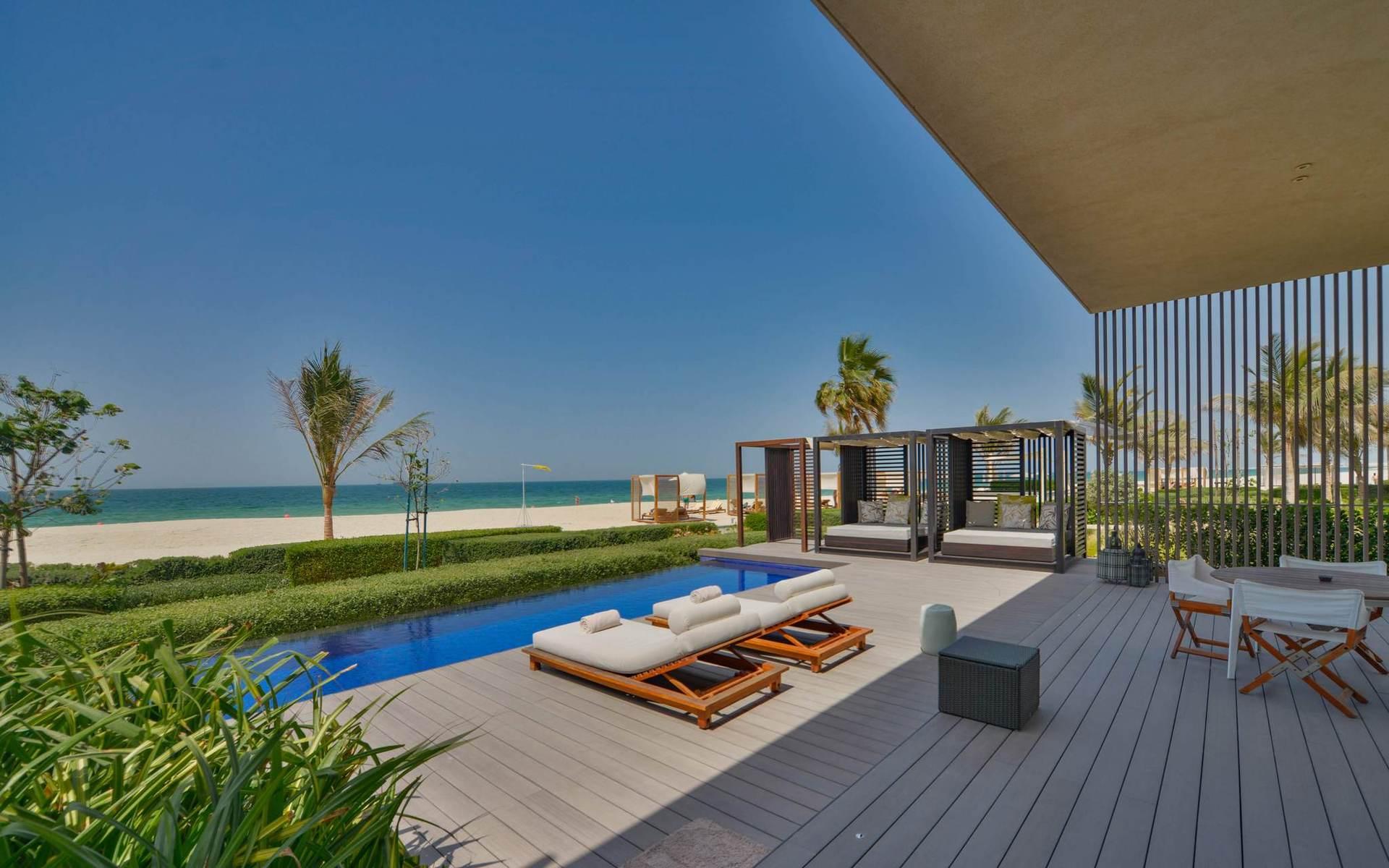 Единственный пятизвездочный курорт с виллами в Аджмане. Каждая вилла имеет личный бассейн, выход в сад или на пляж.
