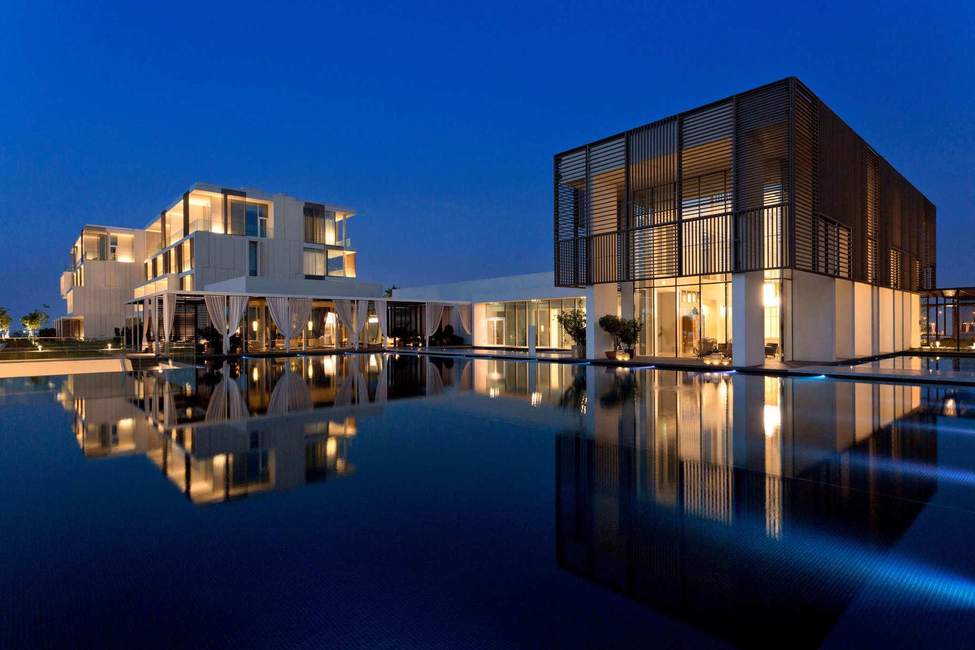 Современный дизайн отеля был разработан итальянским дизайнером Пьетро Лиссони, номера имеют необычно высокие потолки и панорамные окна.