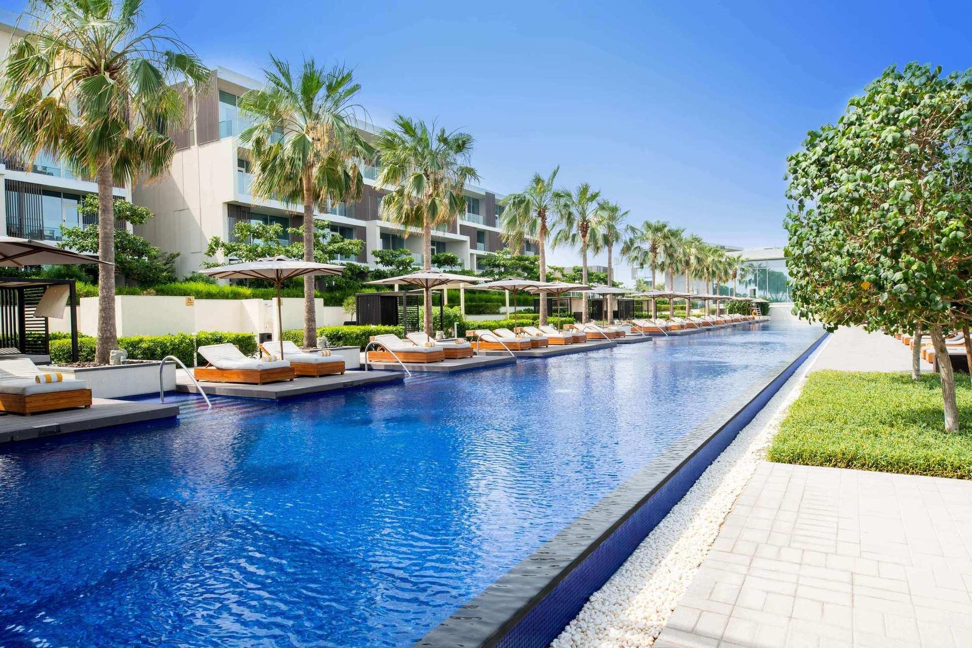 Поплавайте в 85 метровом бассейне или отдохните на природном белоснежном пляже с прозрачными голубыми водами Персидского залива.