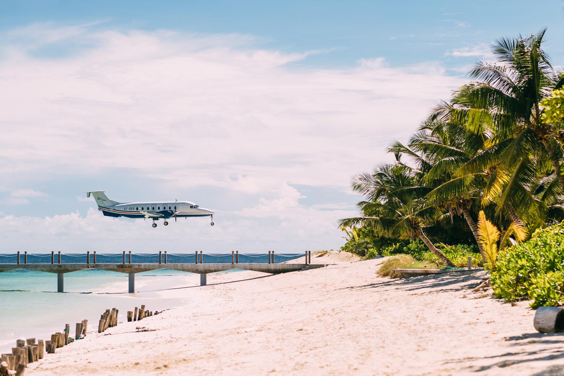 Остров оборудован собственной взлетно-посадочной полосой, что значительно экономит время в пути.