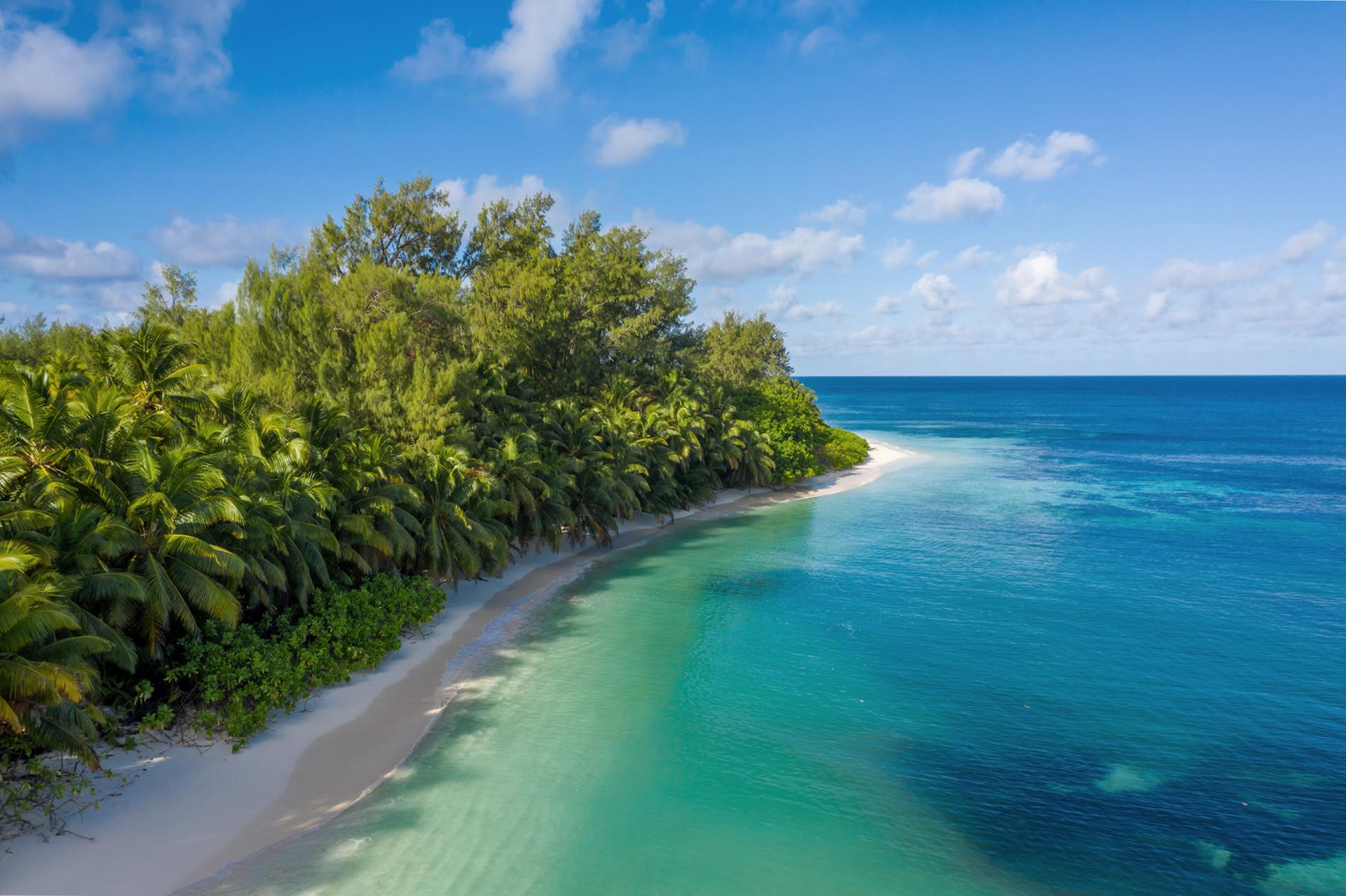 14 км білосніжних пляжів навколо острова