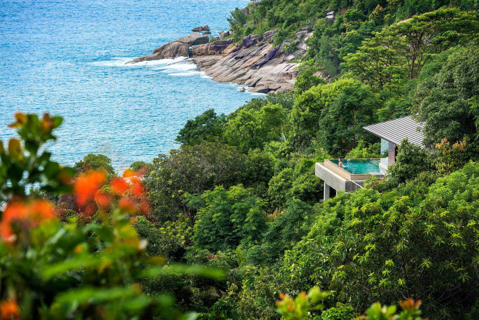Курорт побудований в креольському стилі та гармонійно поєднується з природою острова Мае