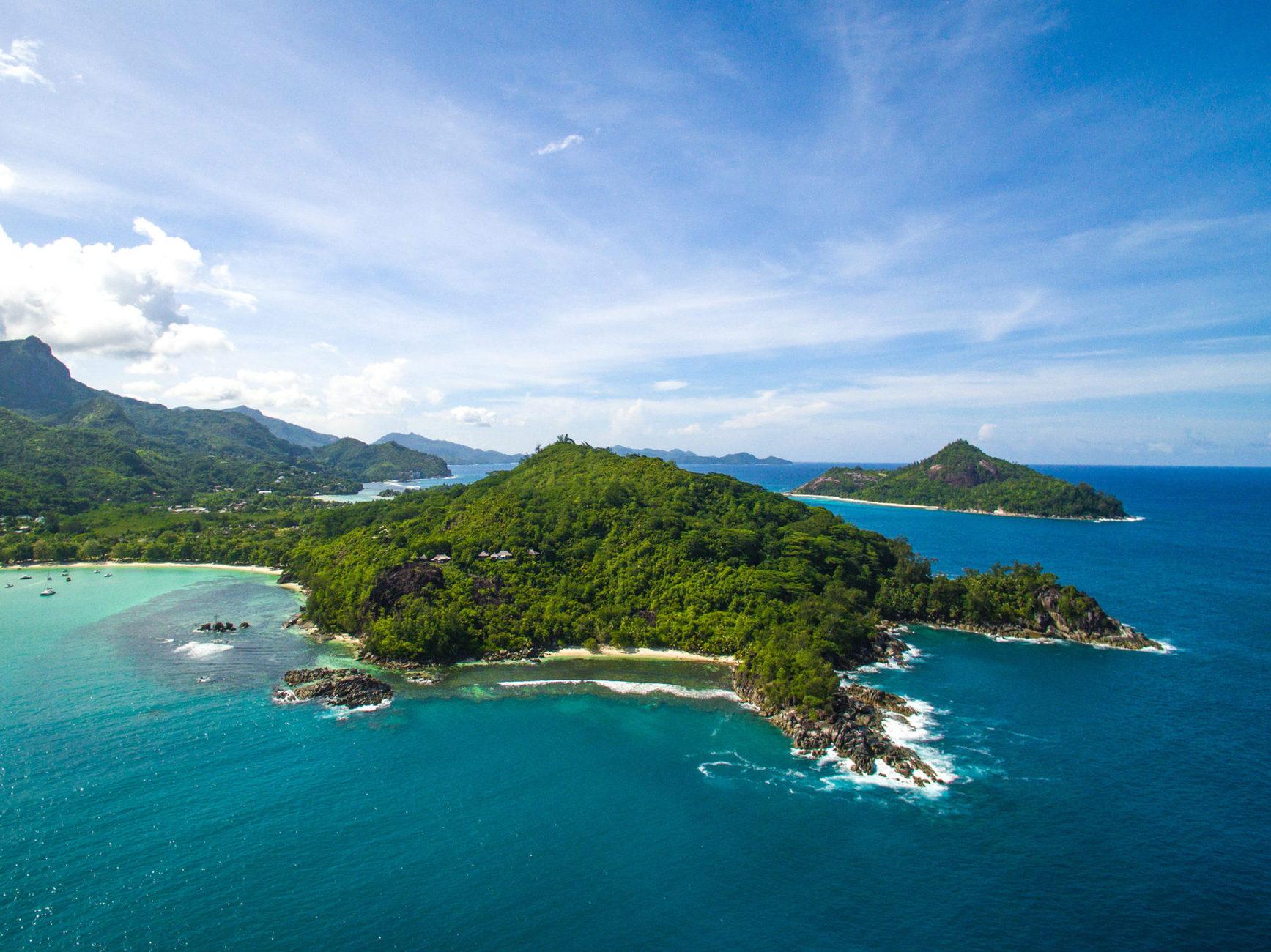 Готель розташований на острові Mahé, навпроти природного заповідника Port Launay, куди ви можете вирушити на екскурсію та поринути у світ дикої екзотичної природи