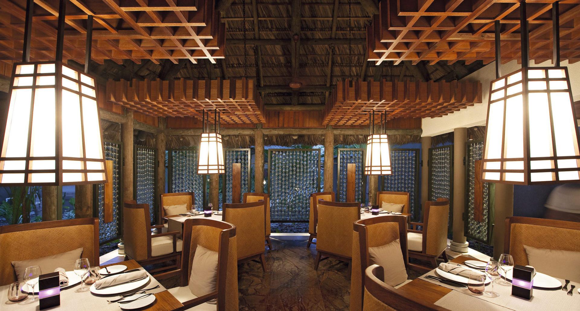 Рекомендуємо відвідати ресторан Cyann, що розташований на схилі пагорба. Заклад відкритий протягом дня, а вечорами спеціалізується на високій fusion-кухні з французько-азіатським акцентом. Бар Cyann має відкриту терасу, де ви можете викурити кубинську сигару, вибрати витриманий ром, саке, віскі або коктейль.