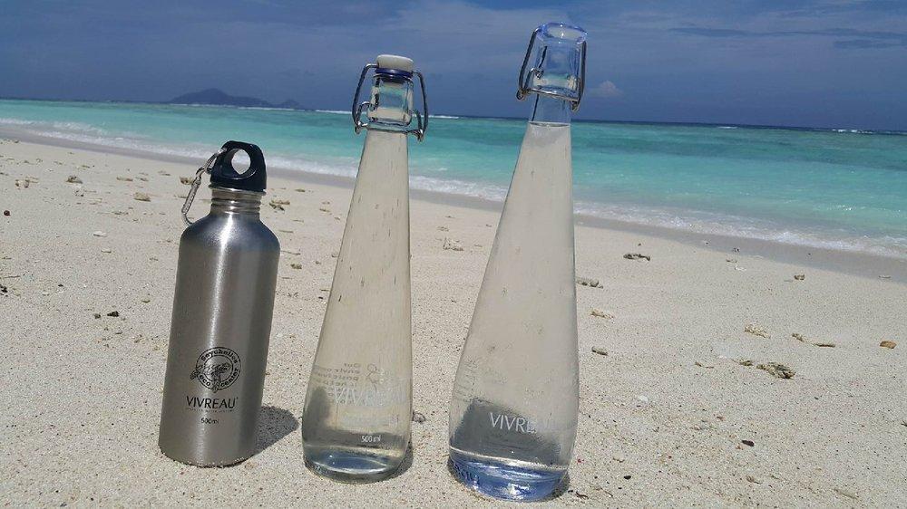 Отель бутылирует собственную экологически чистую воду на острове (газированную / негазированную) и предоставляет воду бесплатно при проживании гостей, в том числе во время завтраков, обедов и ужинов.