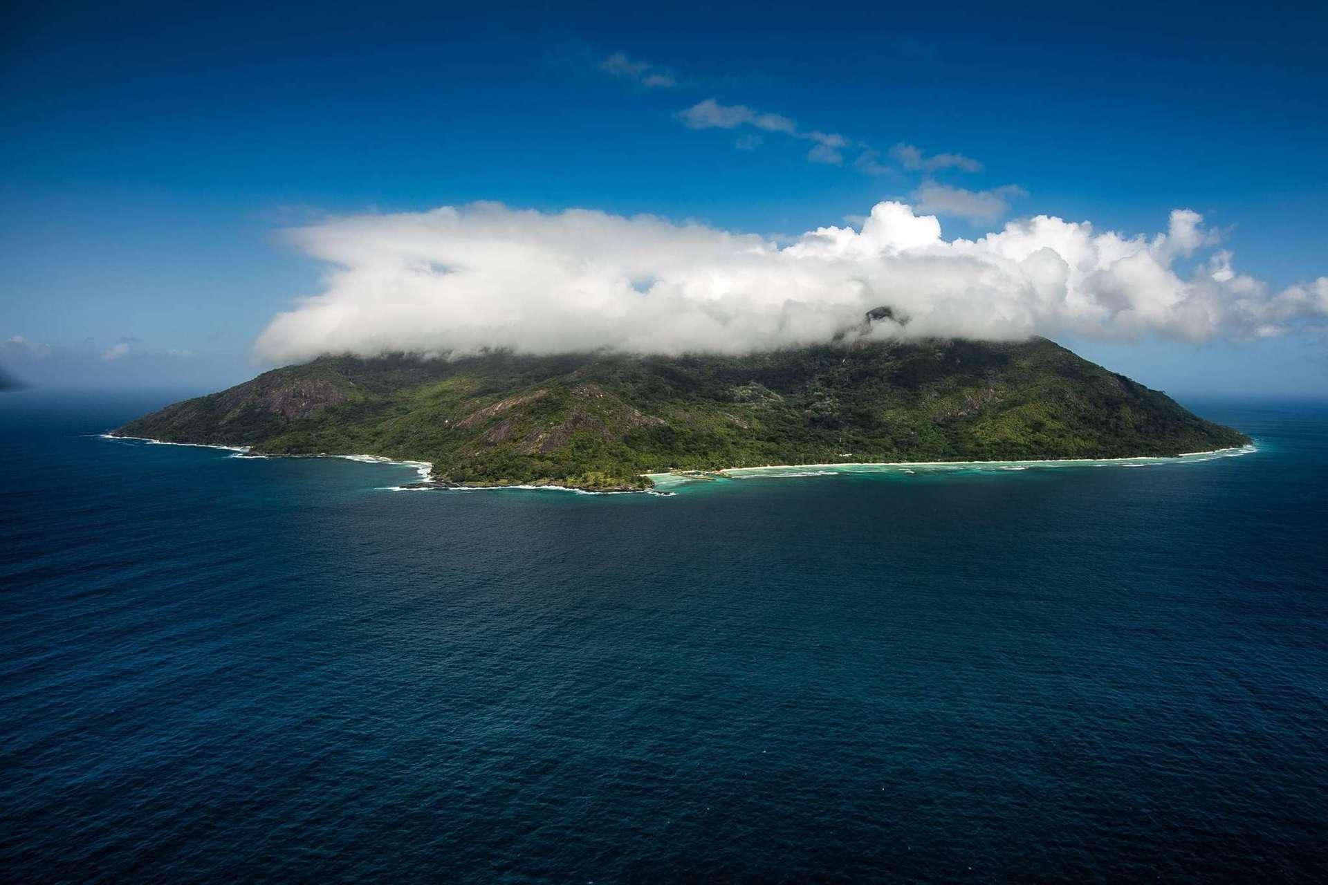 Hilton Seychelles Labriz Resort & Spa розташований в Національному парку, на білому піщаному пляжі острова Силует. Це єдиний готель на острові, 95% якого покриті лісами національного парку.
