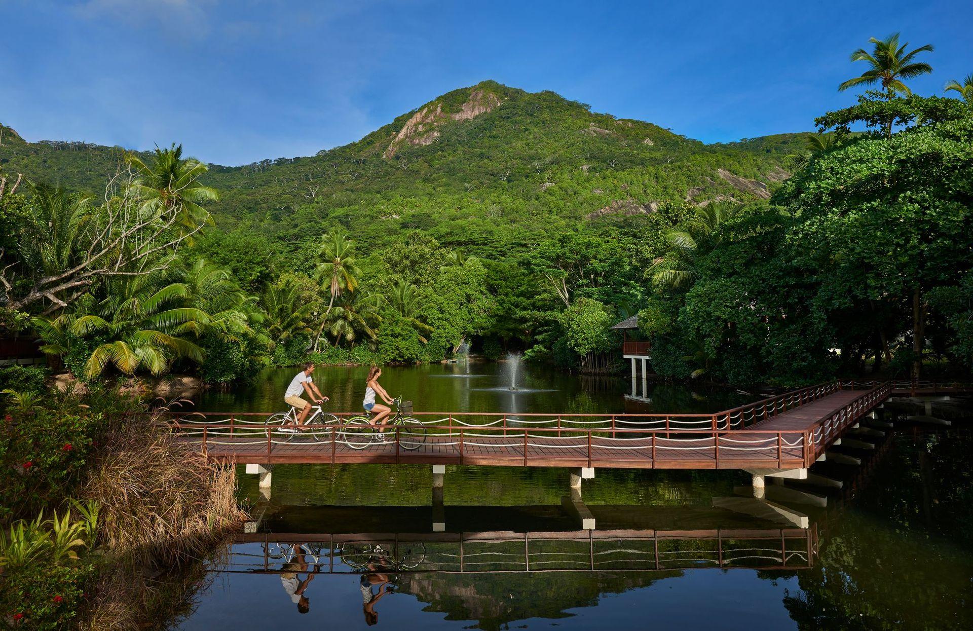 Hilton Seychelles Labriz Resort & Spa розташований в Національному парку, на білосніжному піщаному пляжі острова Силует.  Це єдиний готель на острові, 95% якого покриті лісами національного парку.