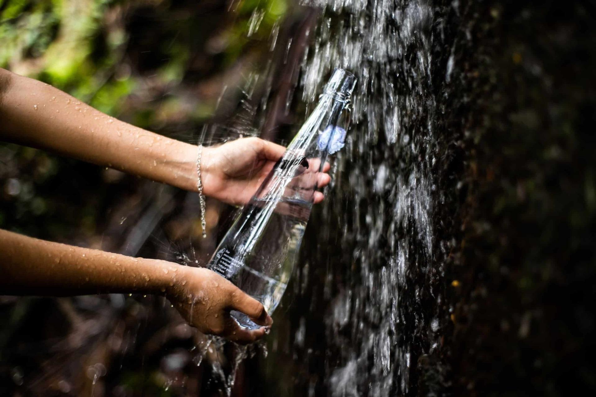 Готель бутилює власну екологічно чисту воду на острові (газовану / негазовану) та надає воду безкоштовно під час проживання гостей, в тому числі під час сніданків, обідів та вечерь.