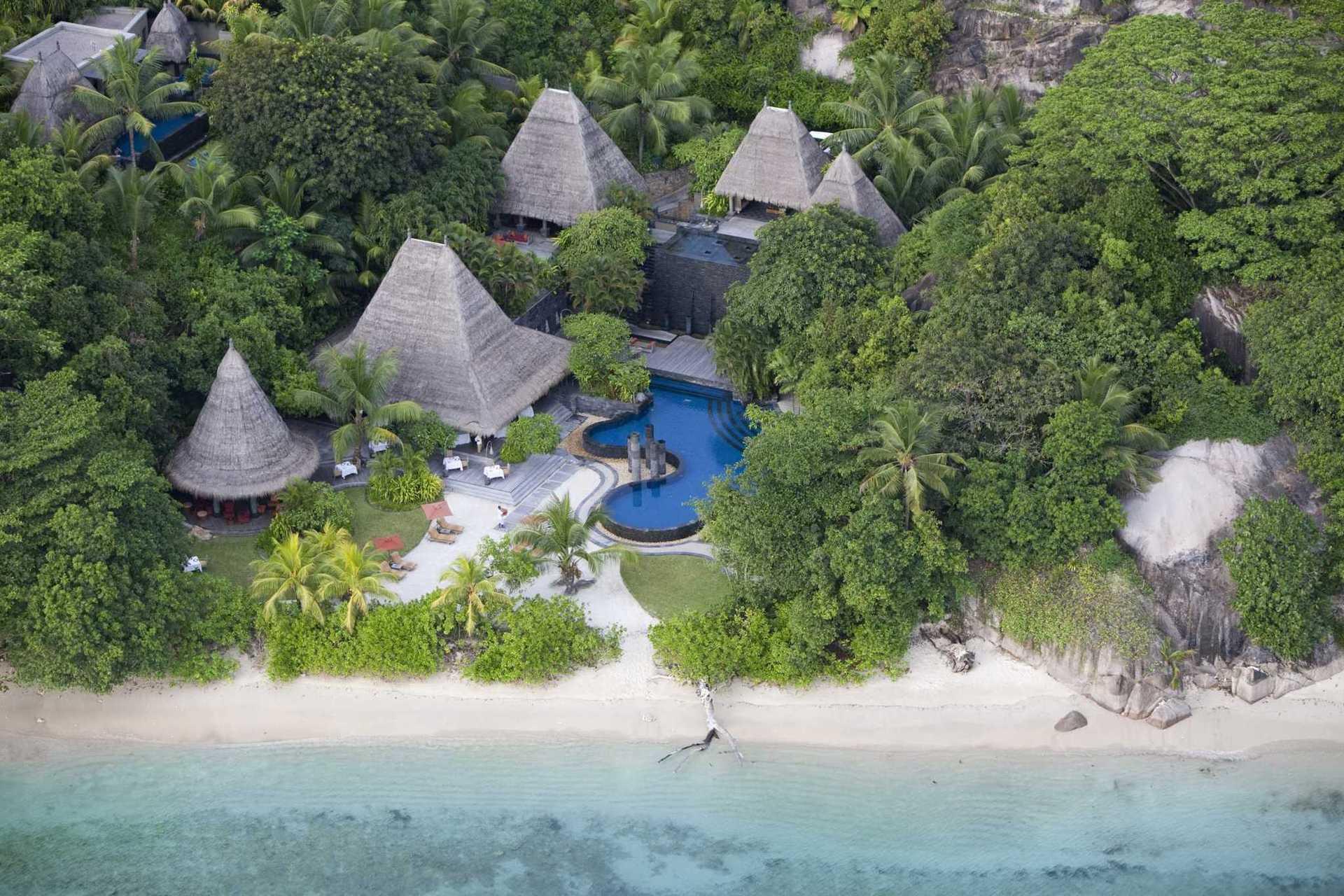 Готель являє собою розкішний комплекс з вілл, які розкинулися на 30 акрах екзотичного саду на одному з найкрасивіших Сейшельських островів.