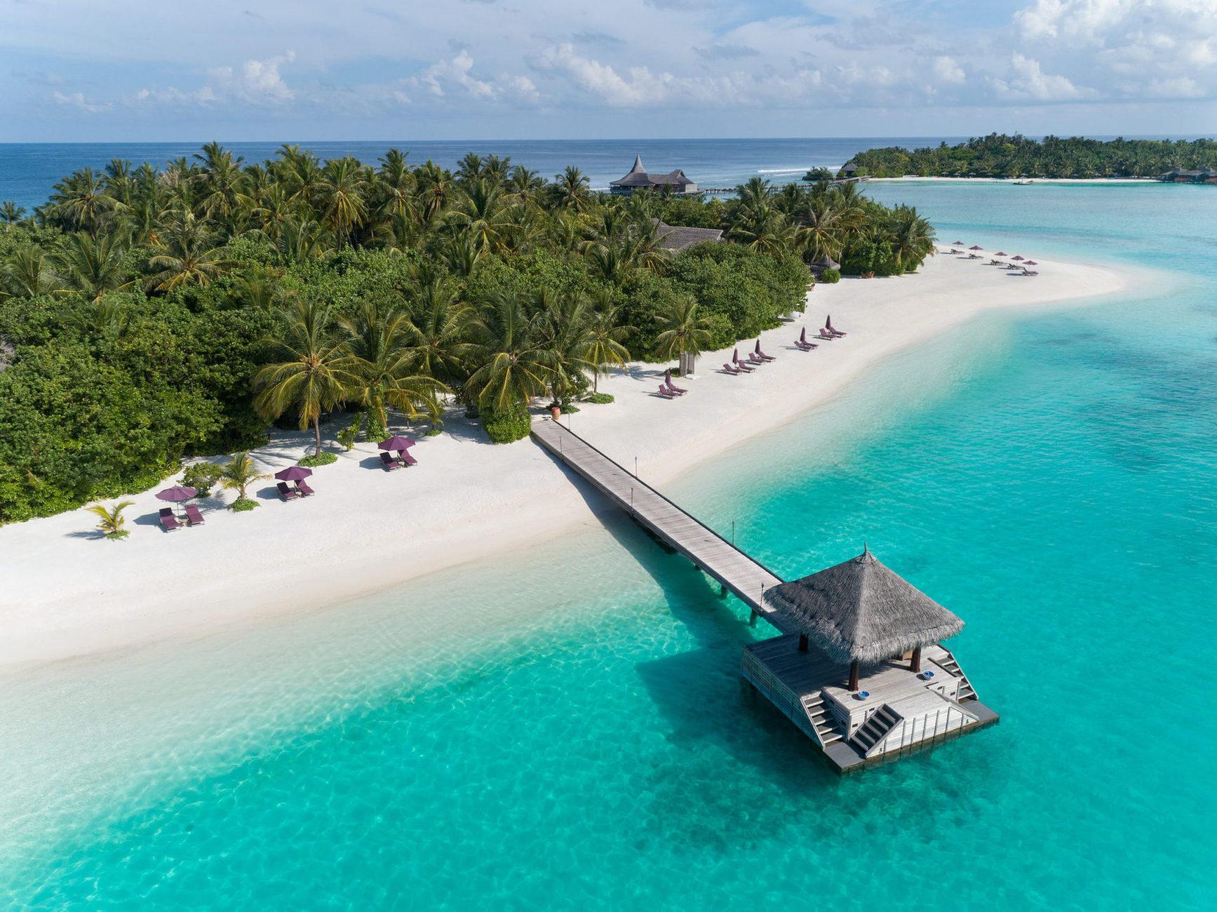 Готель являю собою мініатюрний острів-курорт, який входить до мережі  Anantara Resorts. Тому ви можете користуватись і інфраструктурою сусідніх курортів - Anantra Veli і Anantra Dighu, між якими безкоштовно курсують човни.