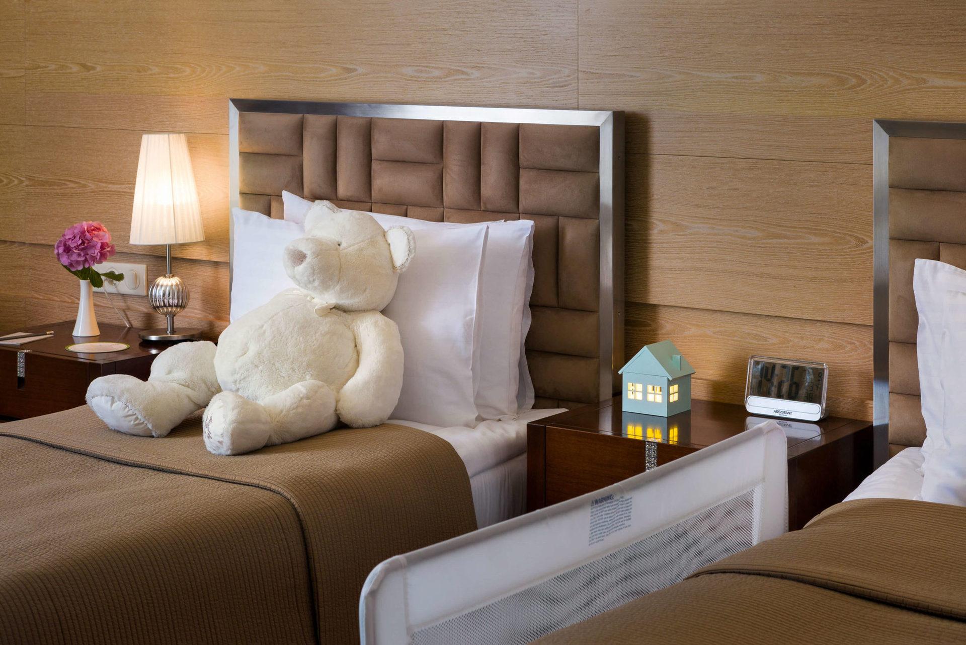 Специальный сервис для гостей с детьми - Family suite (как насчет теплого молока с печеньем на ночь для каждого маленького гостя?)