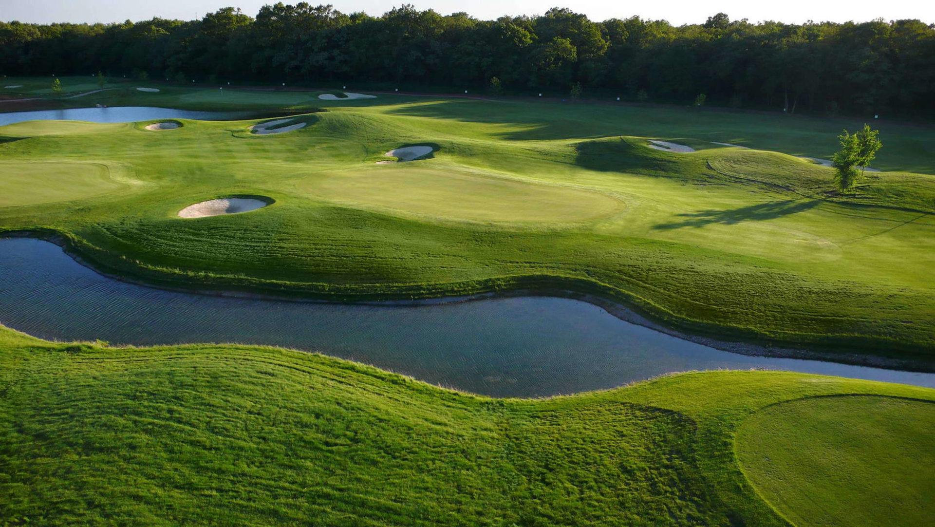 Новина для любителів гольфу: готель розташований поруч з 18-лунковим полем для гольфу, де проводяться чемпіонати
