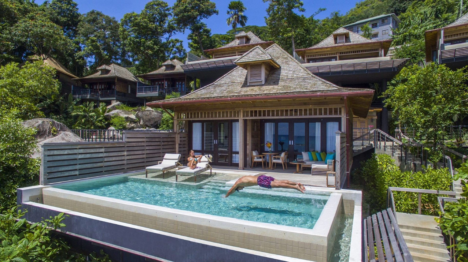 Один из номеров Hilton Seychelles Northolme Resort & Spa назван в честь известного гостя - Яна Флеминга, автора увлекательных романов о Джеймсе Бонде.