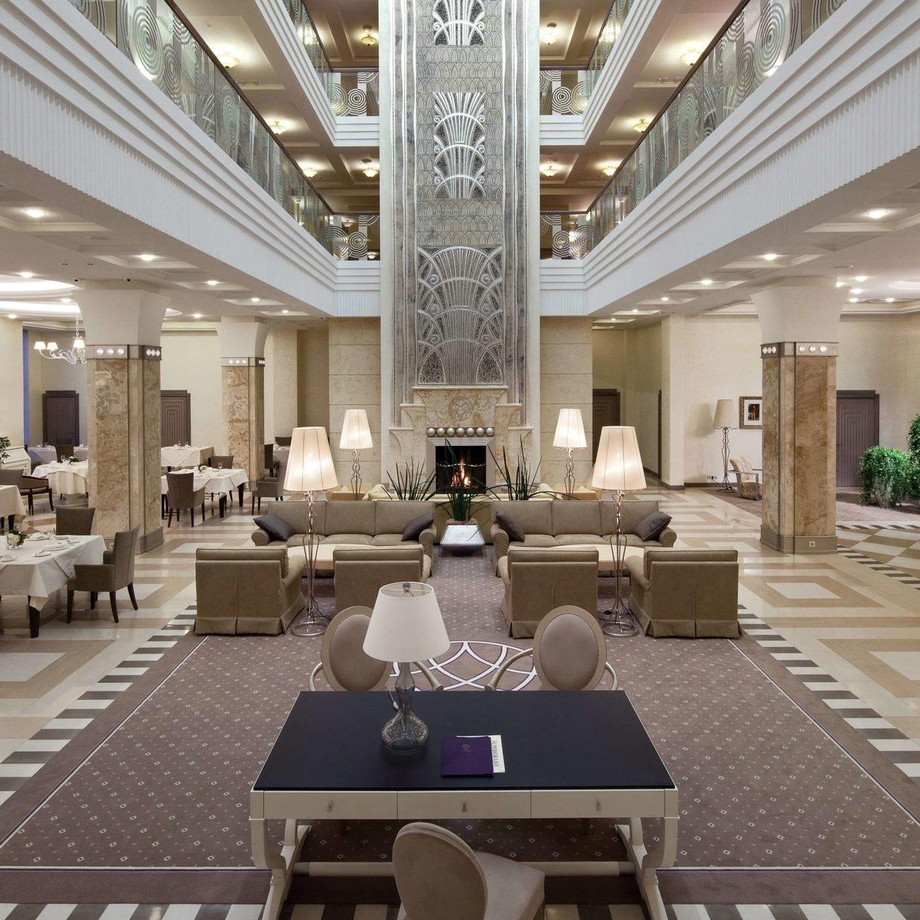 В холле вас встречает символ и гордость отеля - 18-метровый камин, высота которого равна четырехэтажному зданию. Рисунок на камине выполнен в старинной технике сграффито.