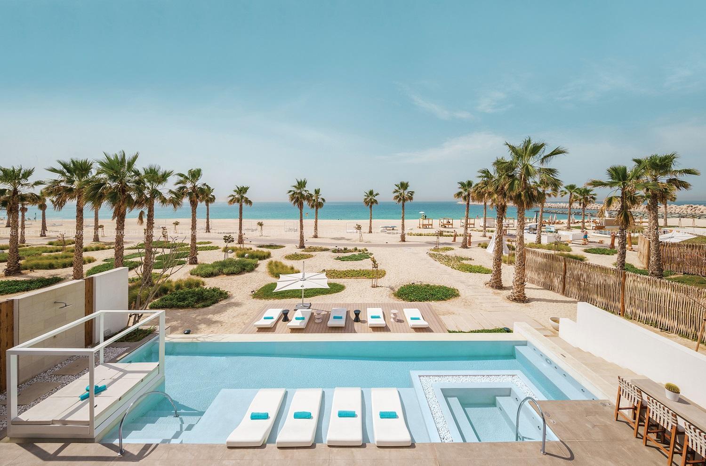 З усіх номерів та люксів відкривається панорамний вид на Аравійський затоку, сад або захоплюючий міський пейзаж.