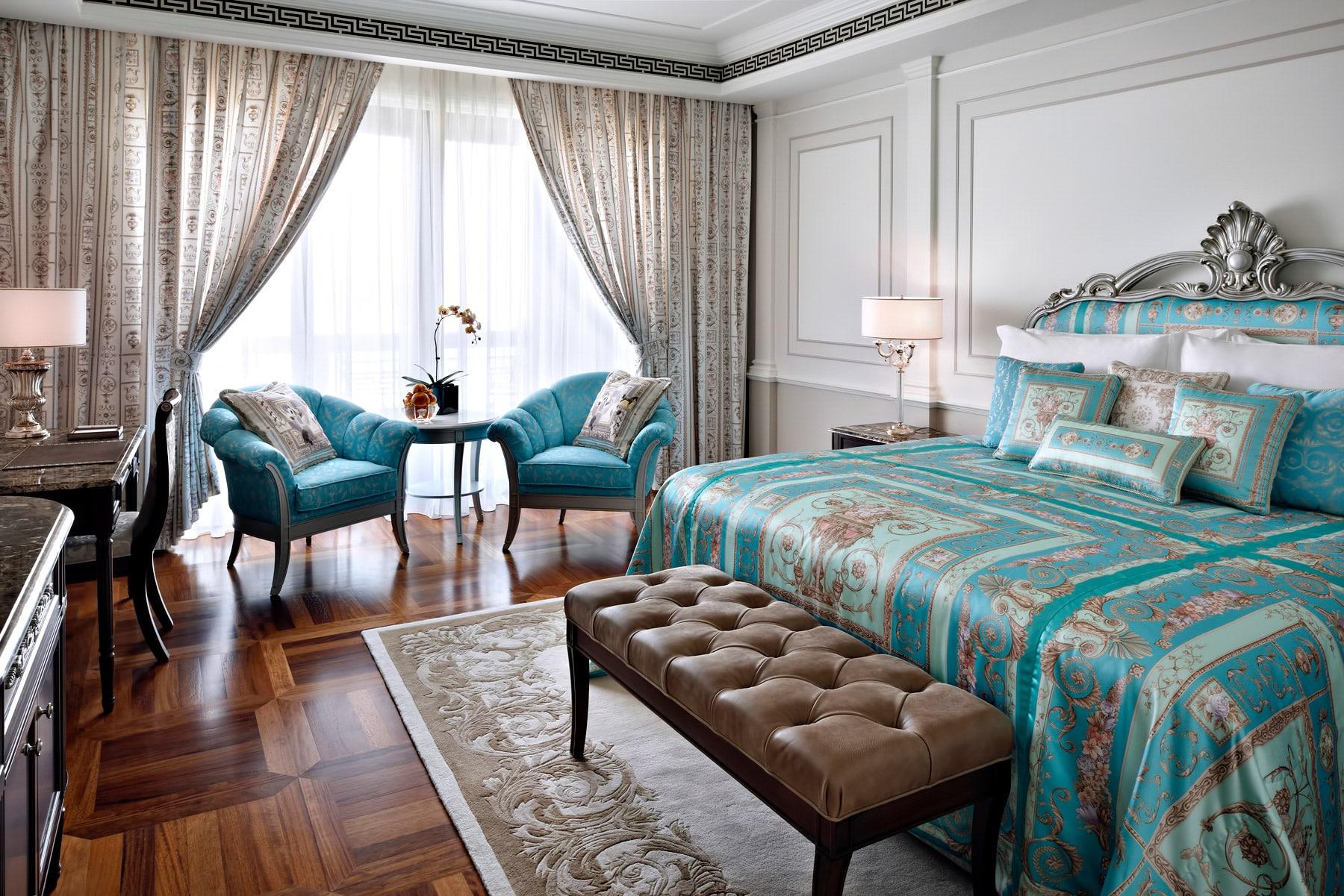 Всі тканини і меблі для інтер'єрів були розроблені і виготовлені будинком Versace спеціально для готелю Palazzo Versace в Дубаї.