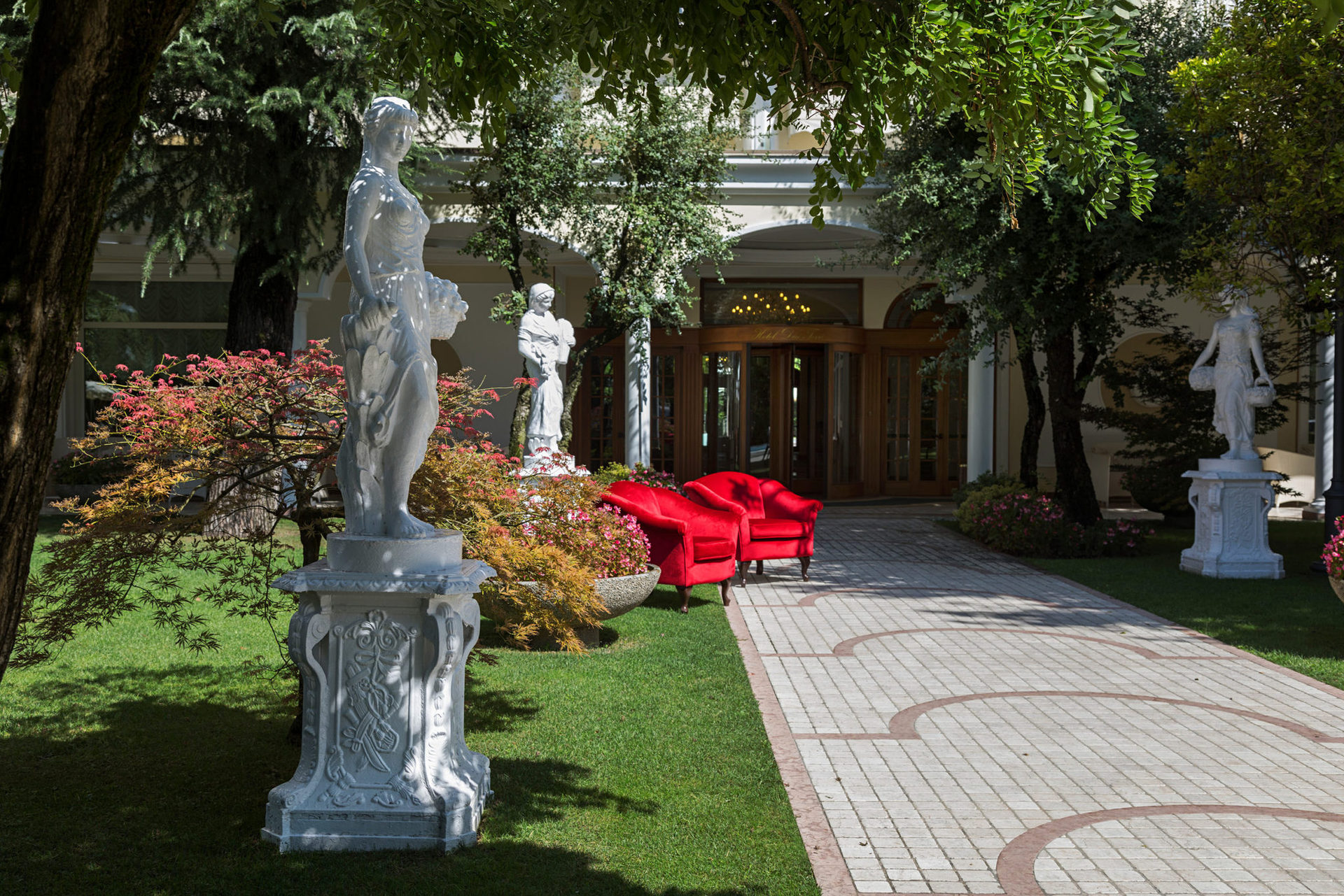 Поблизости расположен старинный сад Монтирон, с которого началась история курорта Абано Терме. В этом саду, где все дышит историей, прогулка станет особенно приятной и успокаивающей.