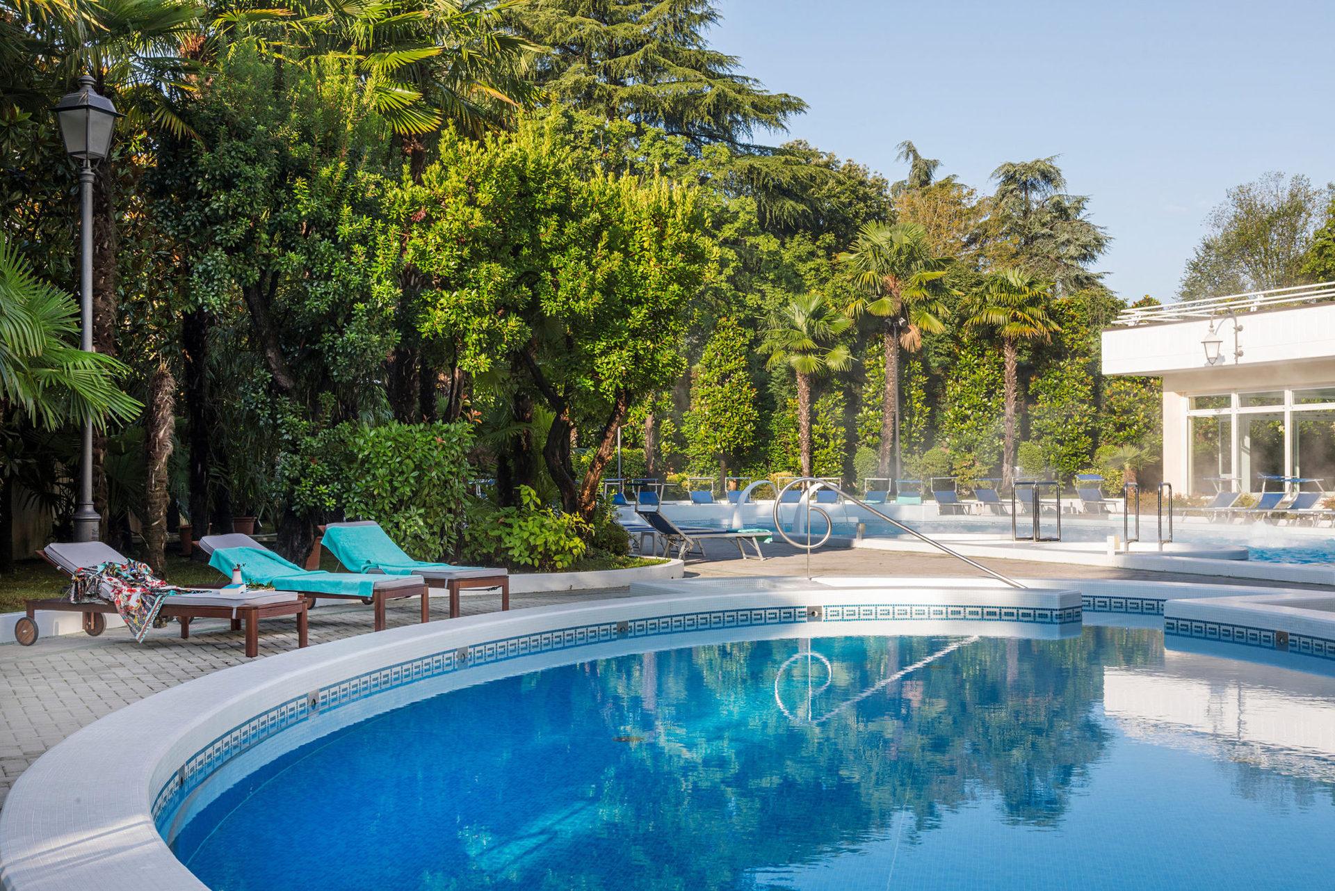 Отель имеет три термальных бассейна и утопает в живописном парке, где можно выпить чашечку кофе рано утром или уединиться под кронами пальм во время полуденной сиесты.