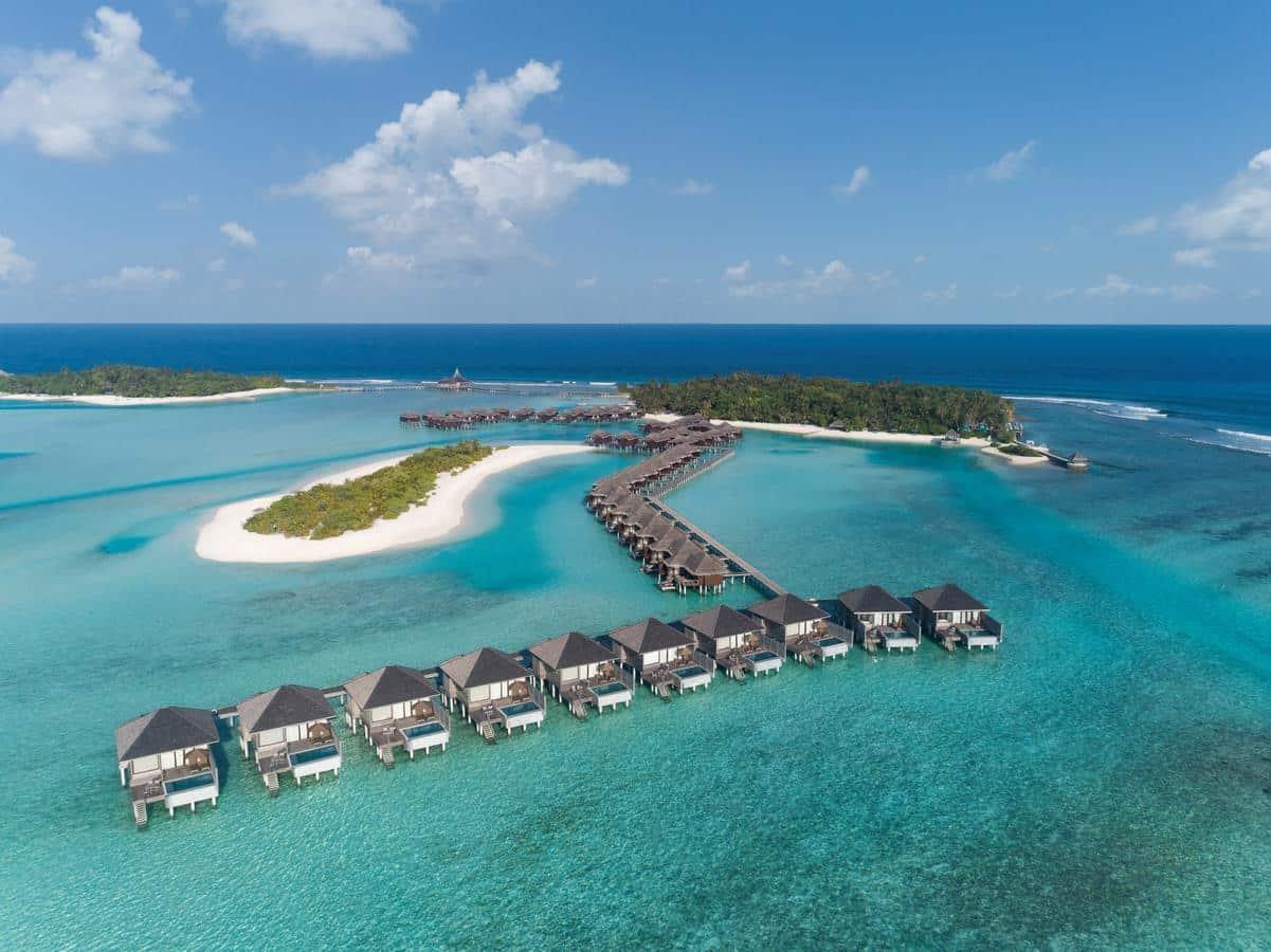 Всі 67 бунгало розташовані на воді. Лише уявіть, як ви пірнаєте з власної тераси у прозорі води Індійського океану?