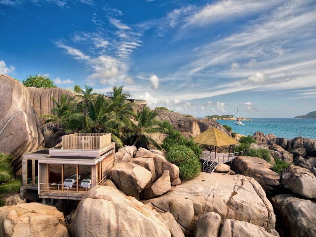 """Готель ідеально підходить для відокремленого, романтичного відпочинку або незабутньої весільної подорожі, недарма назва курорту перекладається як - """"Острів Пристрасті"""". Згадайте свої обітниці або проголосіть нові в особливій атмосфері."""