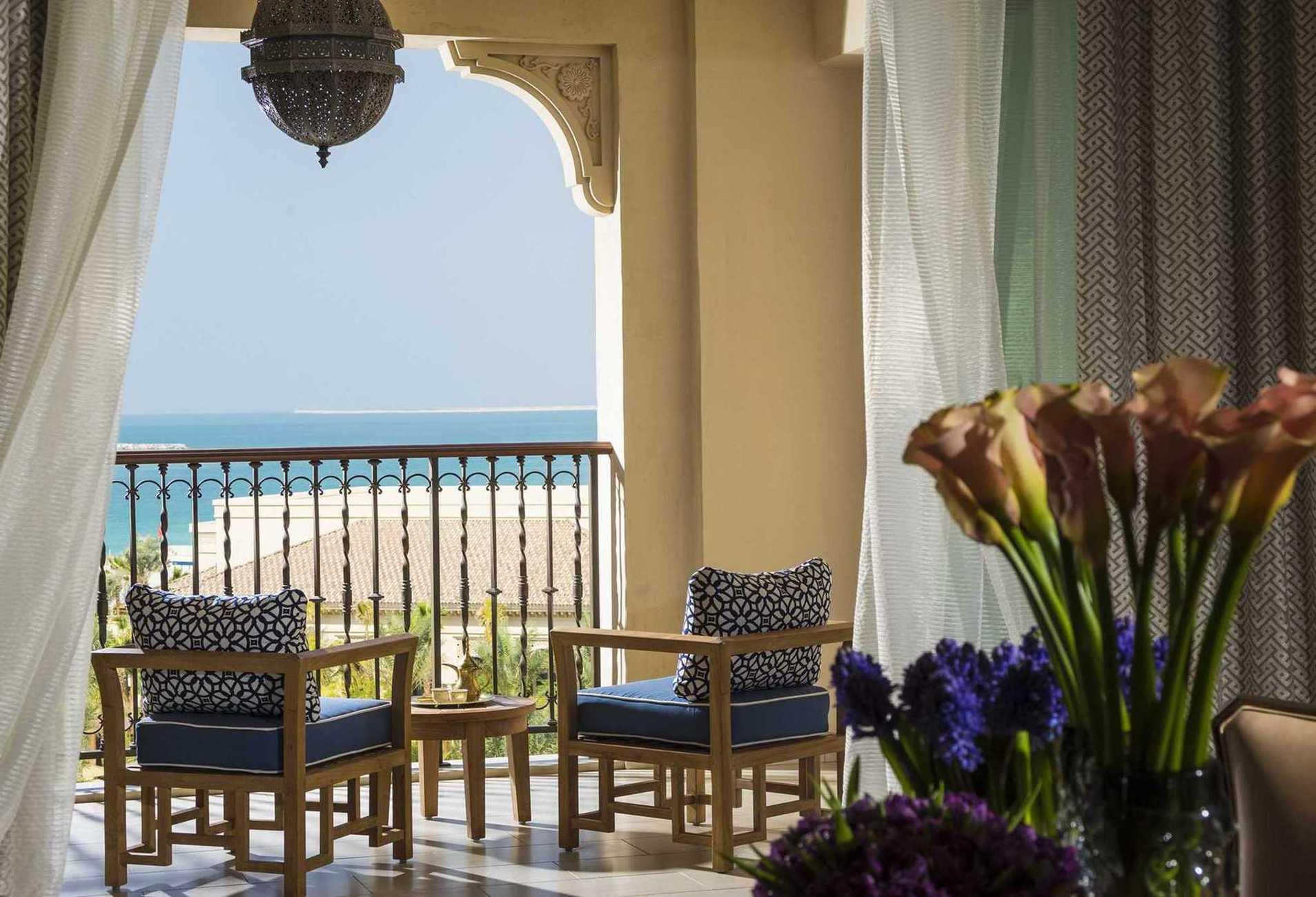 Номерний фонд готелю налічує 237 номерів (у тому числі 49 люксів). Це одні з найбільш просторих номерів в Дубаї. З одного боку з них відкривається вид на Перську затоку, а з іншого - на вражаючу панораму міста, якої не може похвалитися жоден інший готель Дубая.