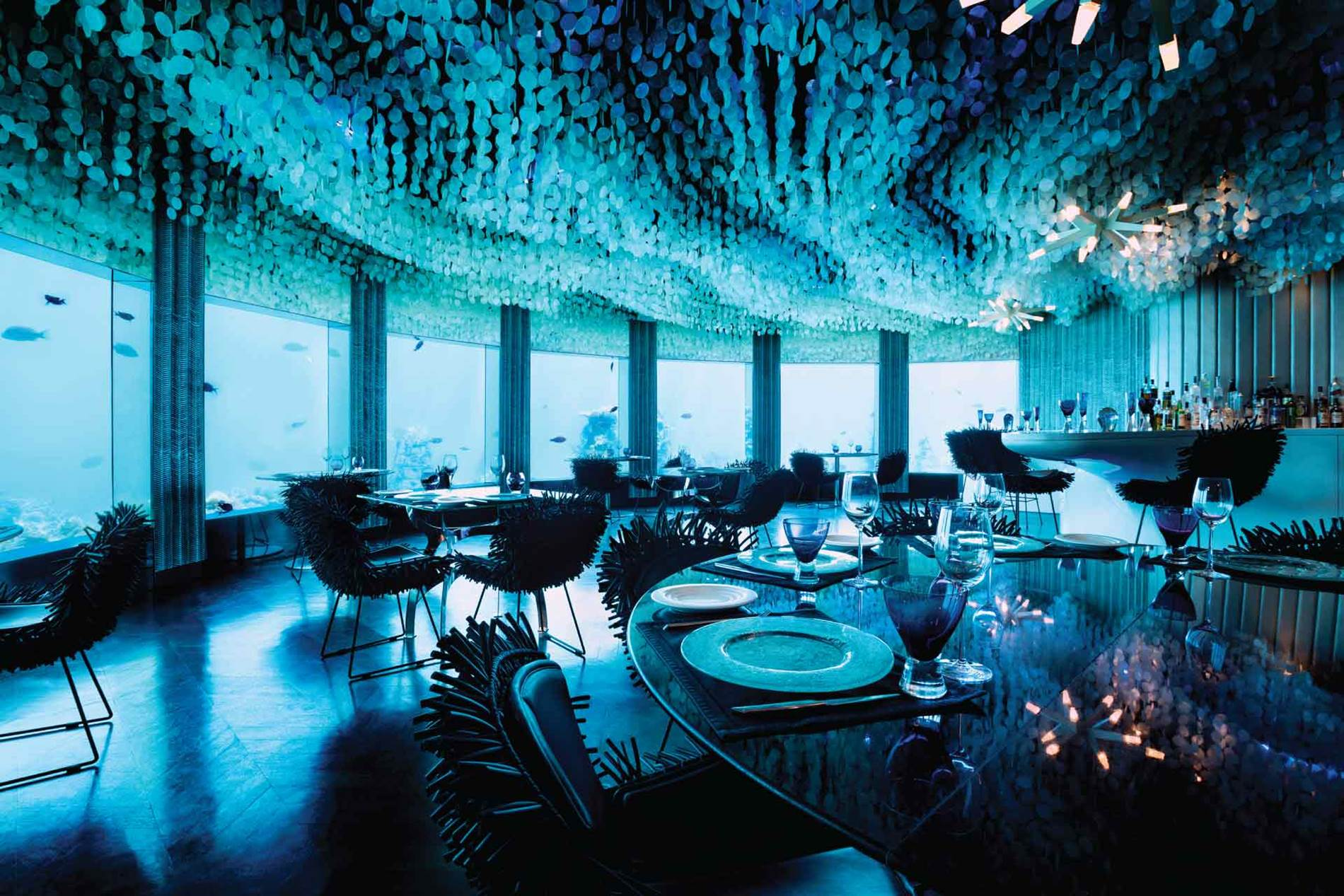 Є два незвичайних ресторани - Nest, розташований на дереві, та Submix - під водою із дивовижними видами на підводний світ Індійського океану.