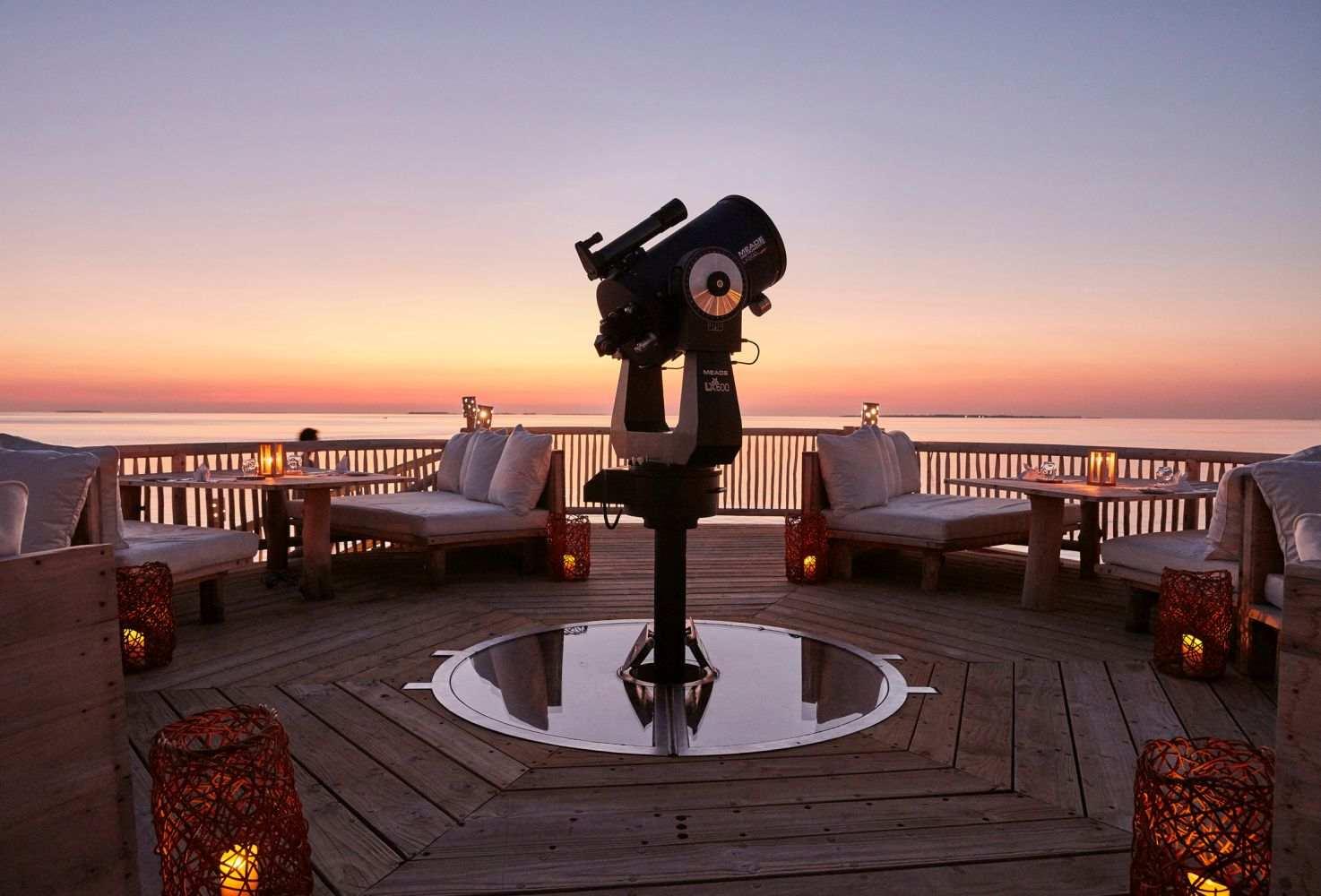 У вас будет возможность взглянуть на небо и звезды в другой половине планеты, ведь на острове расположена первая надводная обсерватория на Мальдивах.